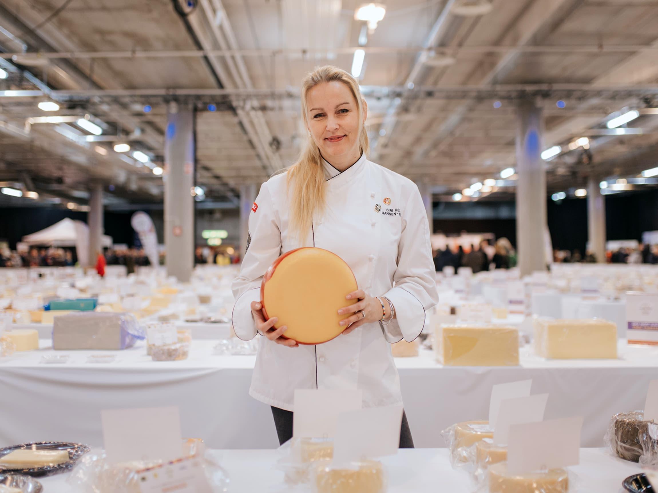 Siri Helen Hansen-Barry er ansvarlig for kategorien ost i MENY og har mange års fartstid i ostedisken. Hun var dommer under Word Cheese Award både i 2017 og 2018.