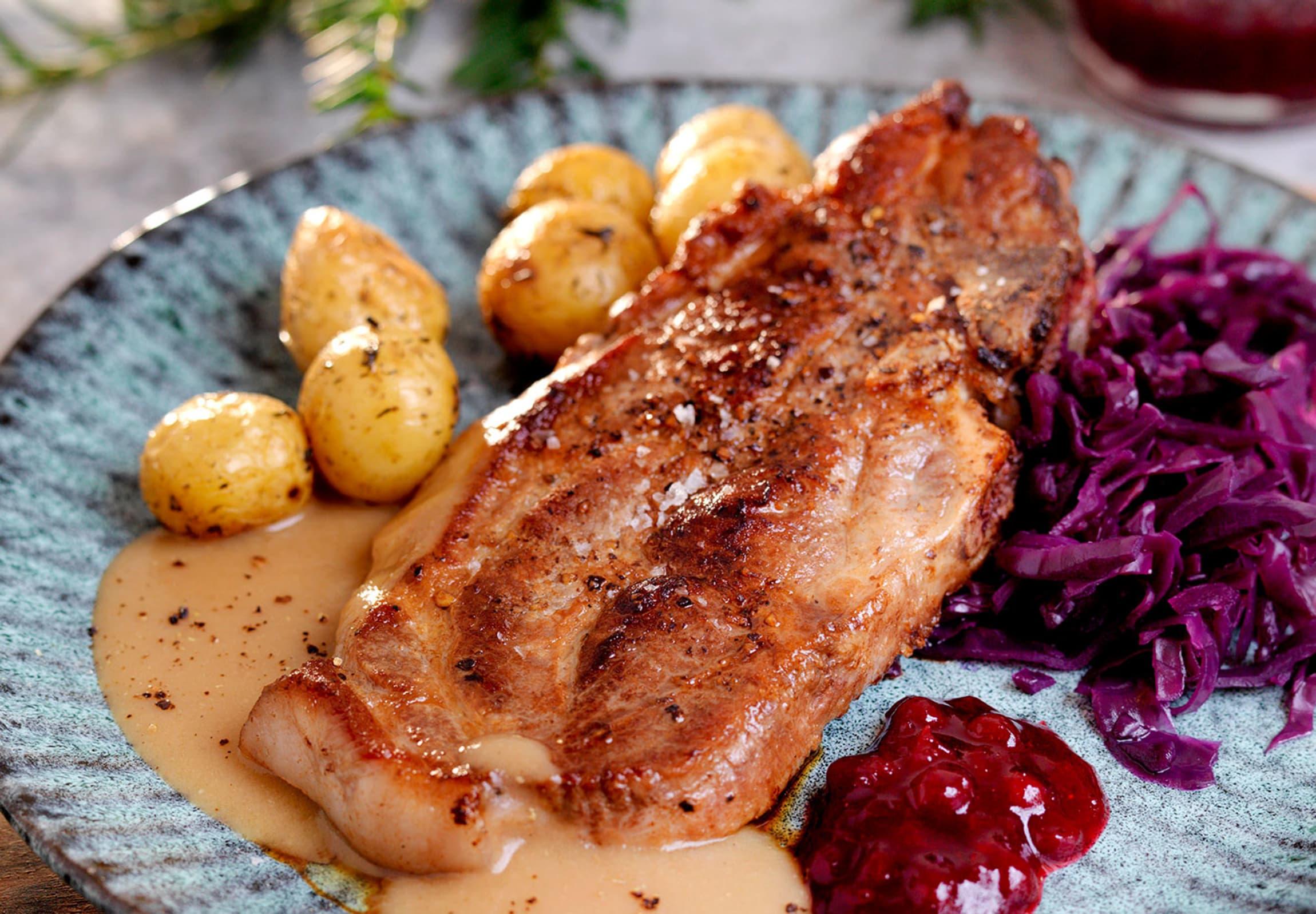 SMAK AV JUL: Nakkekoteletter med julesaus og rødkål gir deg en forsmak på julen.