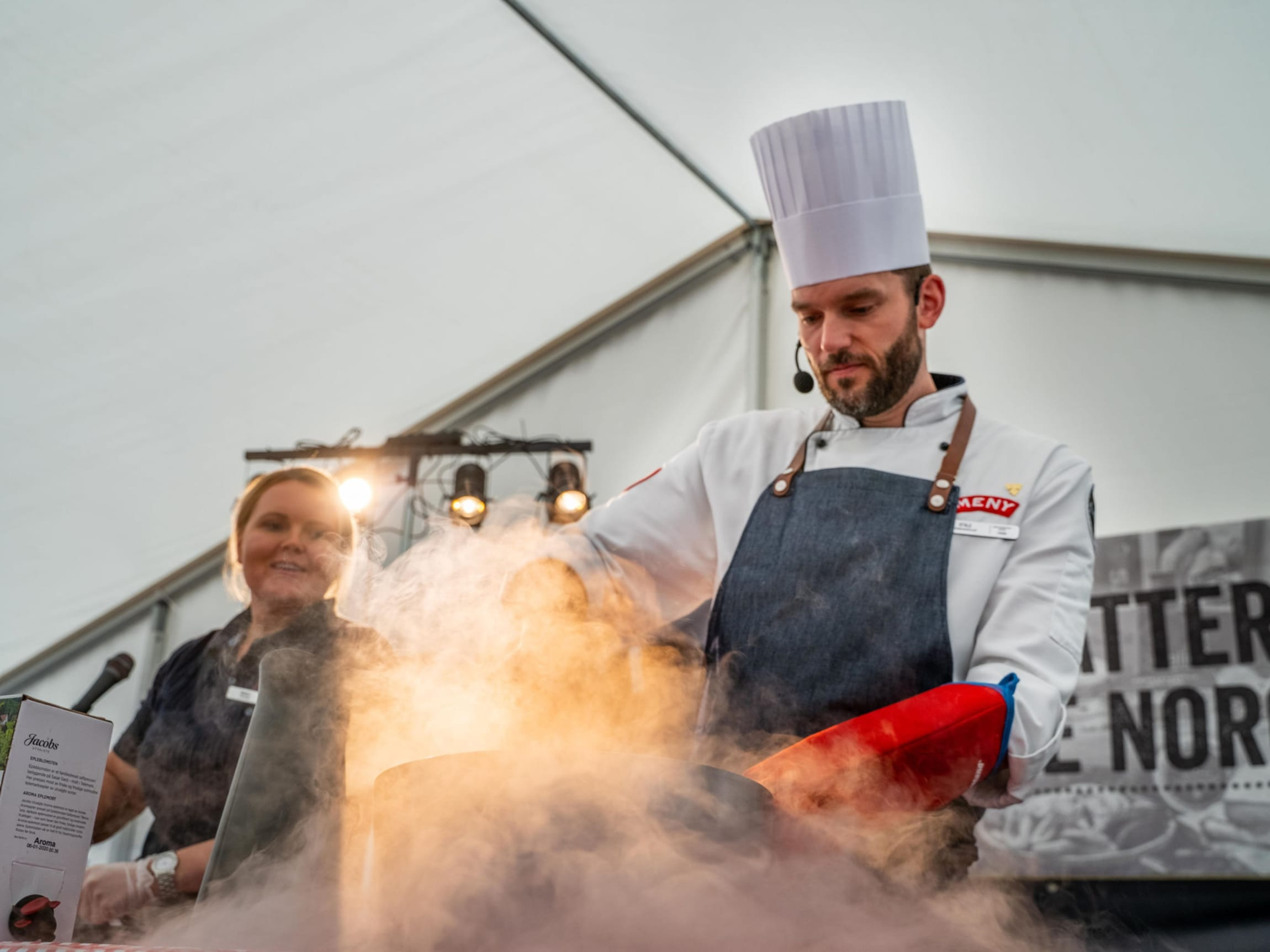 Butikksjef Monica Kjendalen og Ståle Sandvik viser publikum hvordan man lager eplesorbet på den årlige matfestivalen for Solsiden.