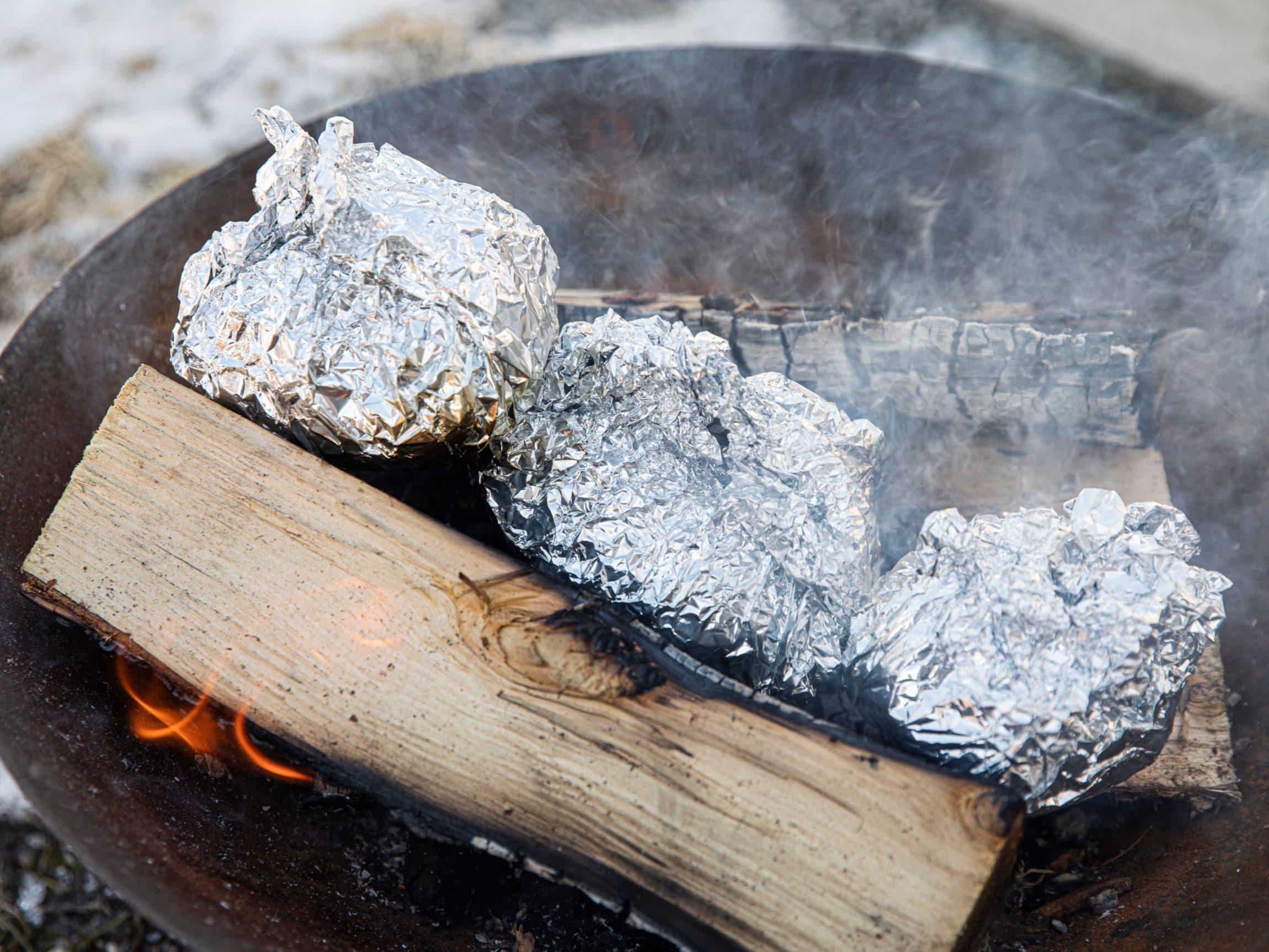 Bakt potet er perfekt på bålet, men kok den gjerne først - da tar det ikke så lang tid før den er ferdig.