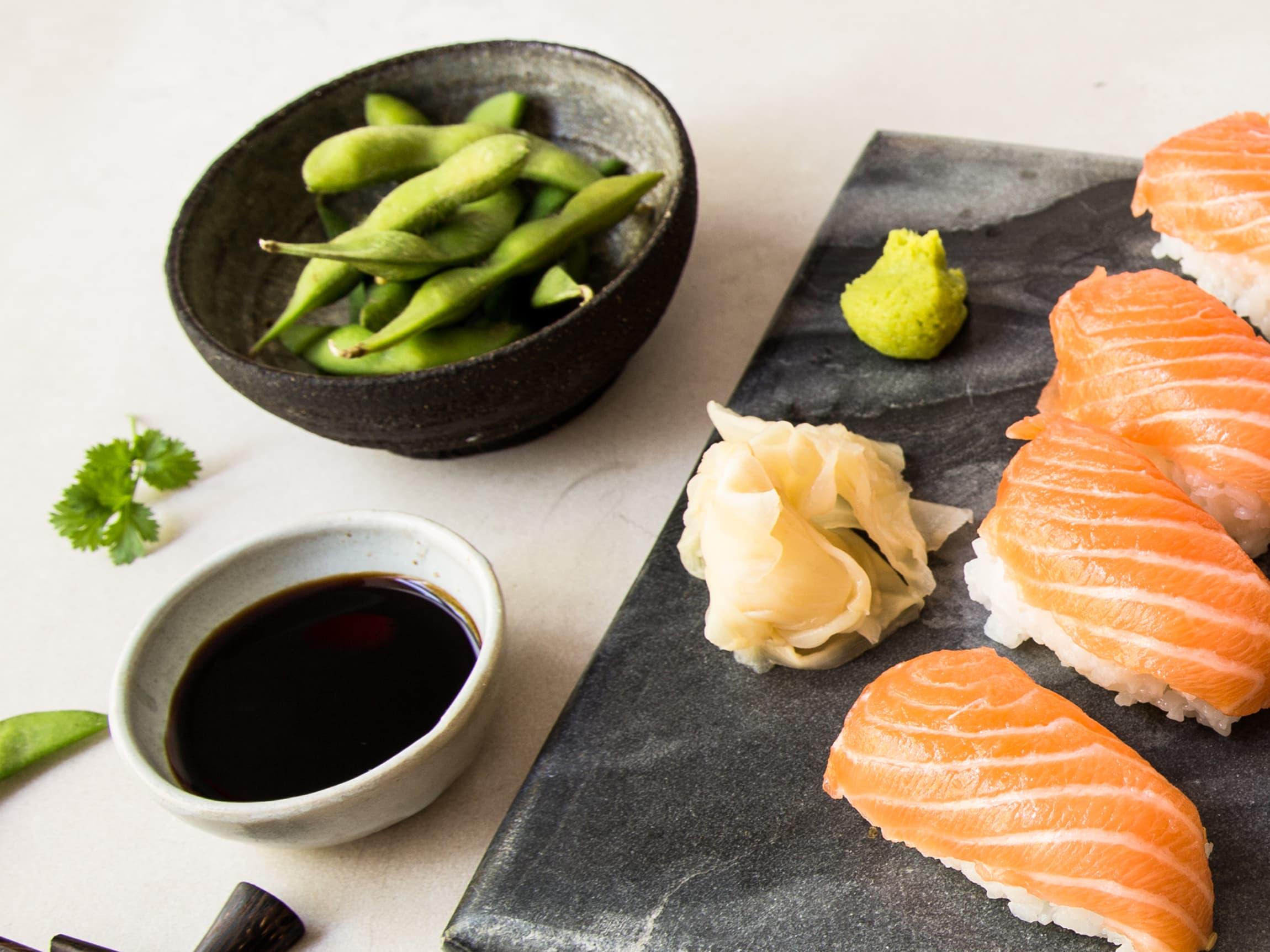 Til sushien får man gjerne servert syltet ingefær, wasabi og soyasaus.