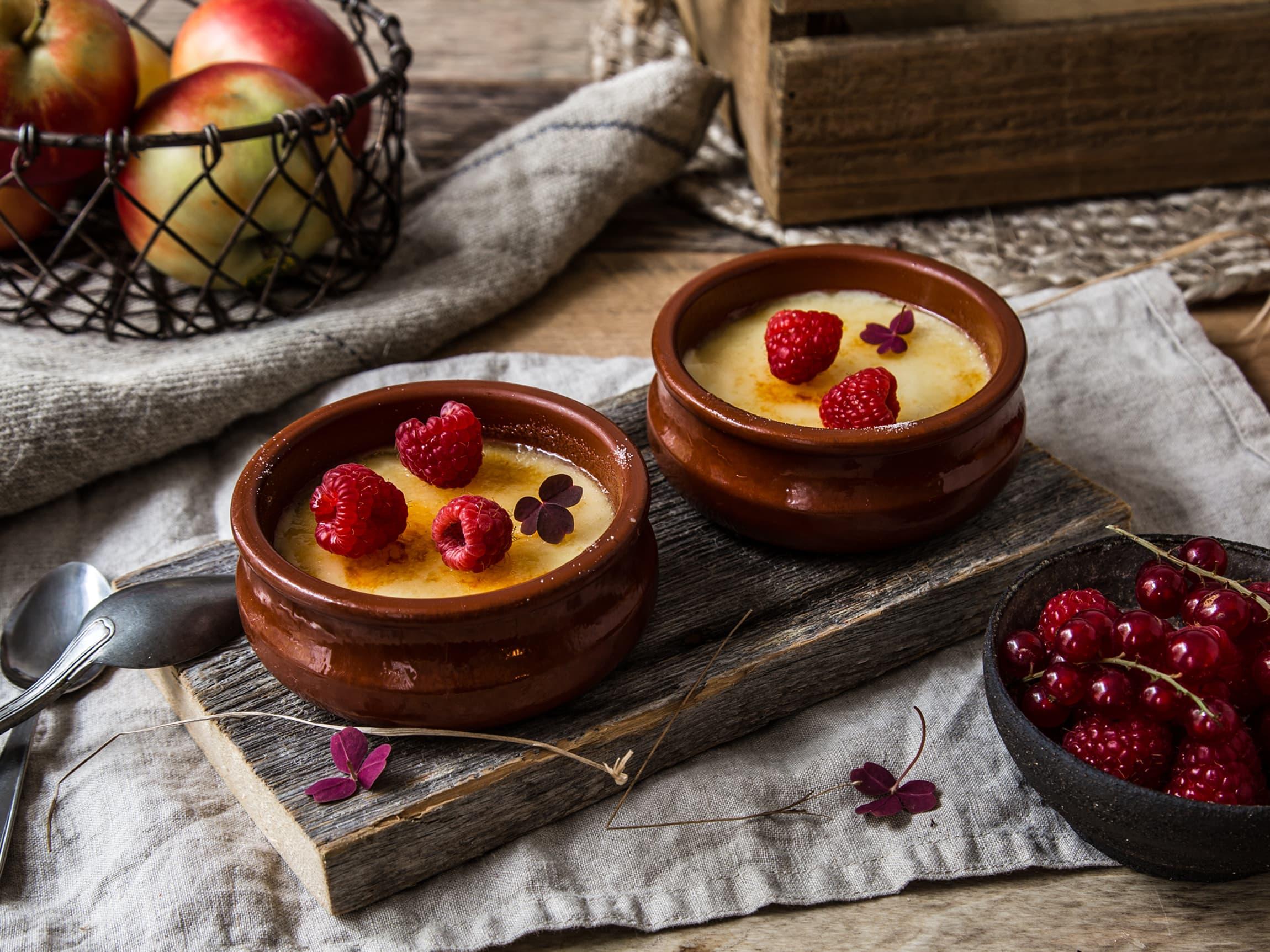 Crème brûlée er en ypperlig dessert å servere når du skal ha gjester fordi den kan gjøres ferdig god tid i forveien, og kun «karamelliseres» rett før servering.