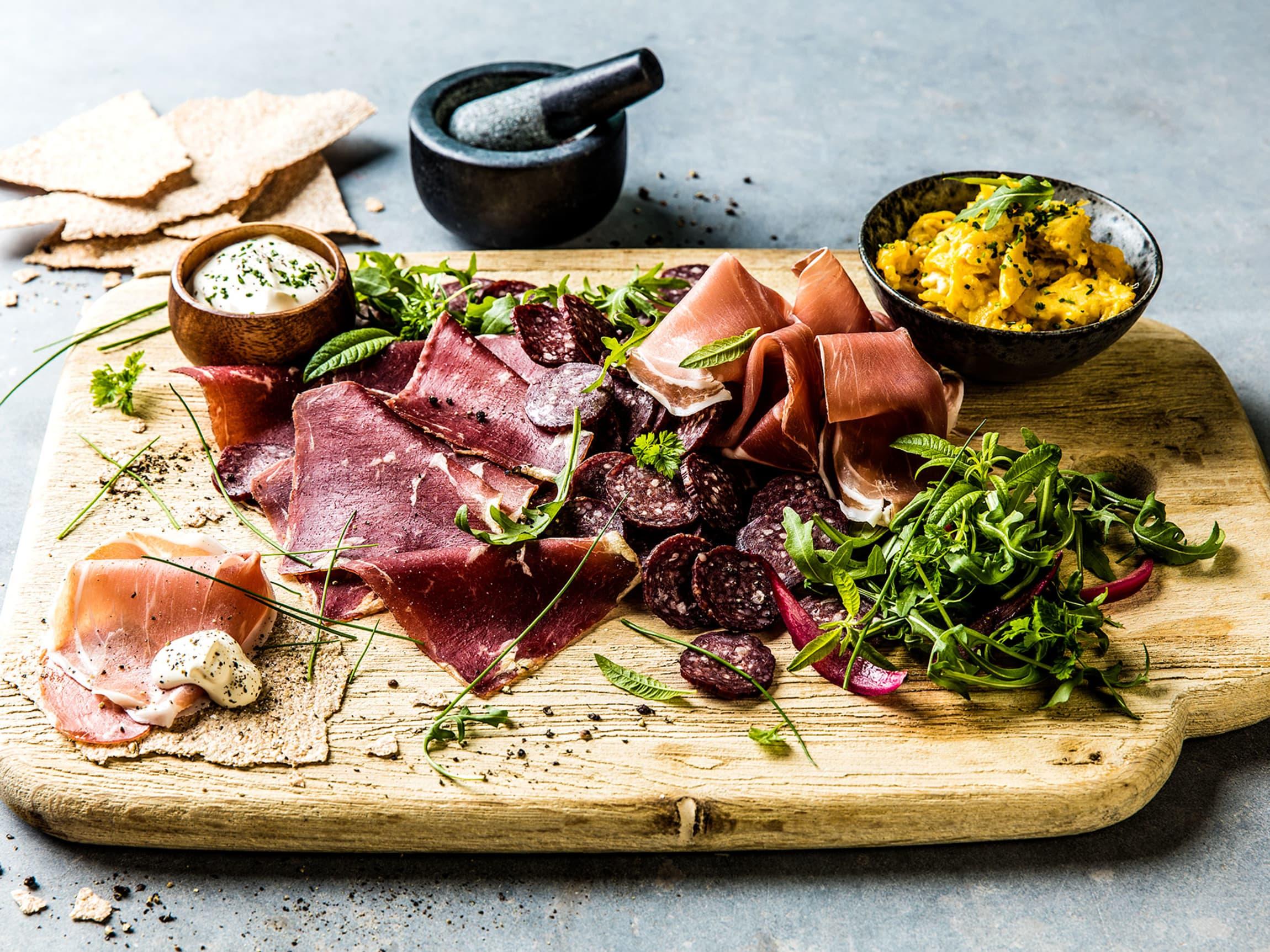 Den tradisjonelle spekematmiddagen har salat, potetsalat, rømme og eggerøre som tilbehør.