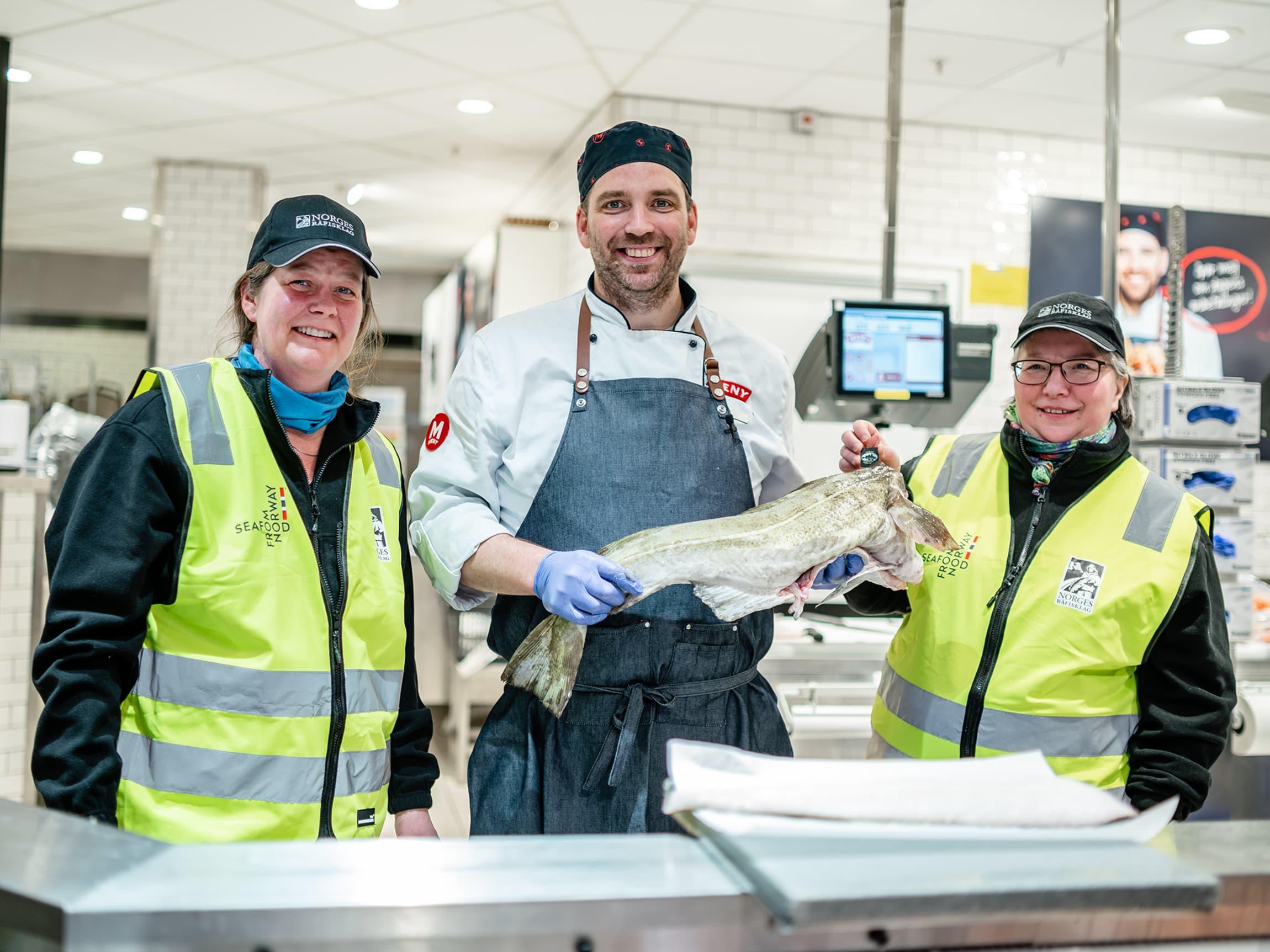 Skreipatruljens Jonette og Lillian er fornøyde med fiskens kvalitet og fagkompetansen i fiskedisken