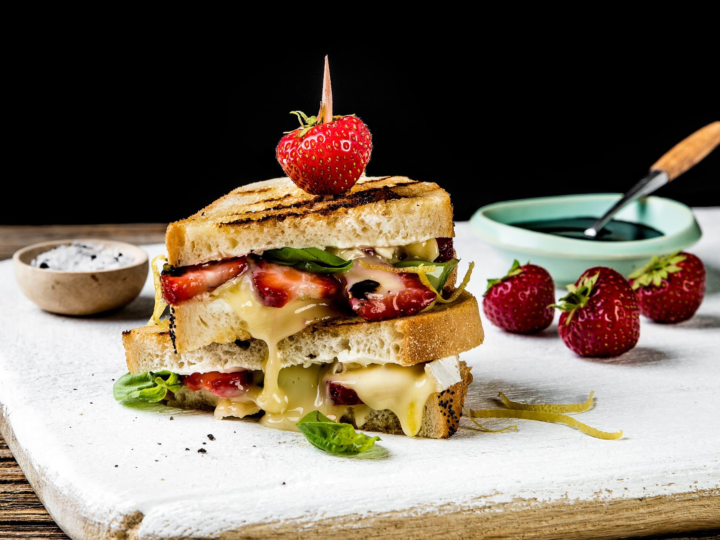 Lag på lag med god ost, søte bær, balsamico og basilikum.