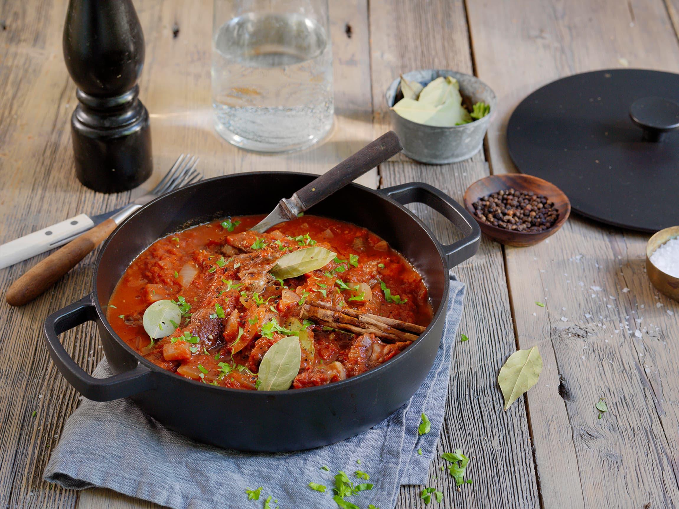Stifado er en gresk kjøttgryte full av nydelige middelhavssmaker.