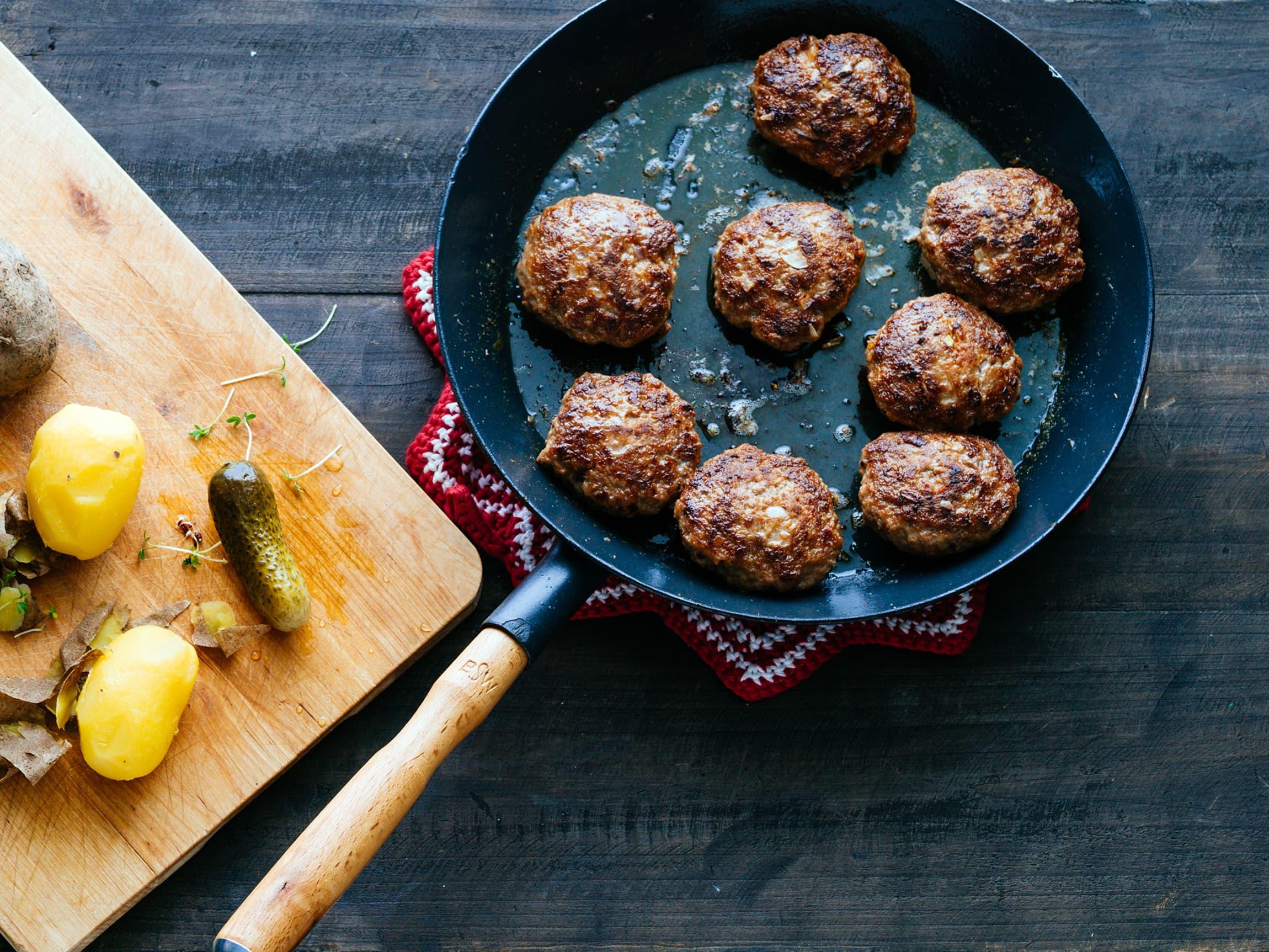 Kjøttbollene er klare på under 15 minutter, uansett om du velger å steke de i ovn eller i panne.