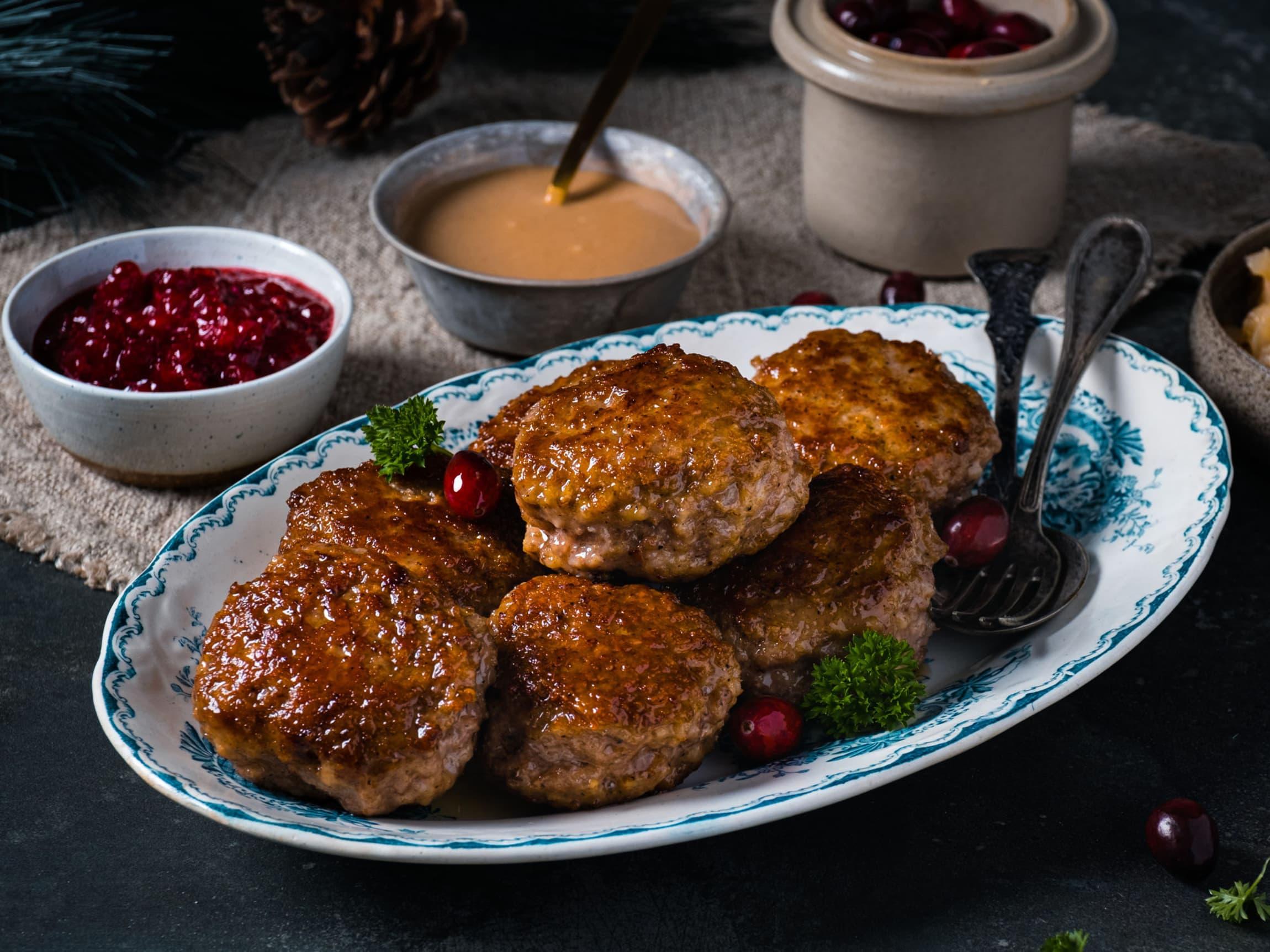 Tilbehøret som saus, julepølser, medisterkaker og sosisser får du i år til en fast julepris hos MENY.