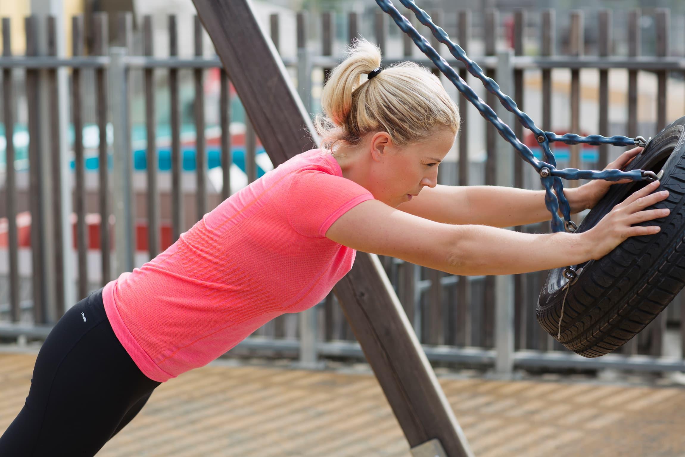 Du trenger ikke tilgang på treningsstudio eller kjøpe dyrt utstyr. 30 aktive minutter om dagen er målet - hvorfor ikke legge inn noen øvelser på lekeplassen med barna?