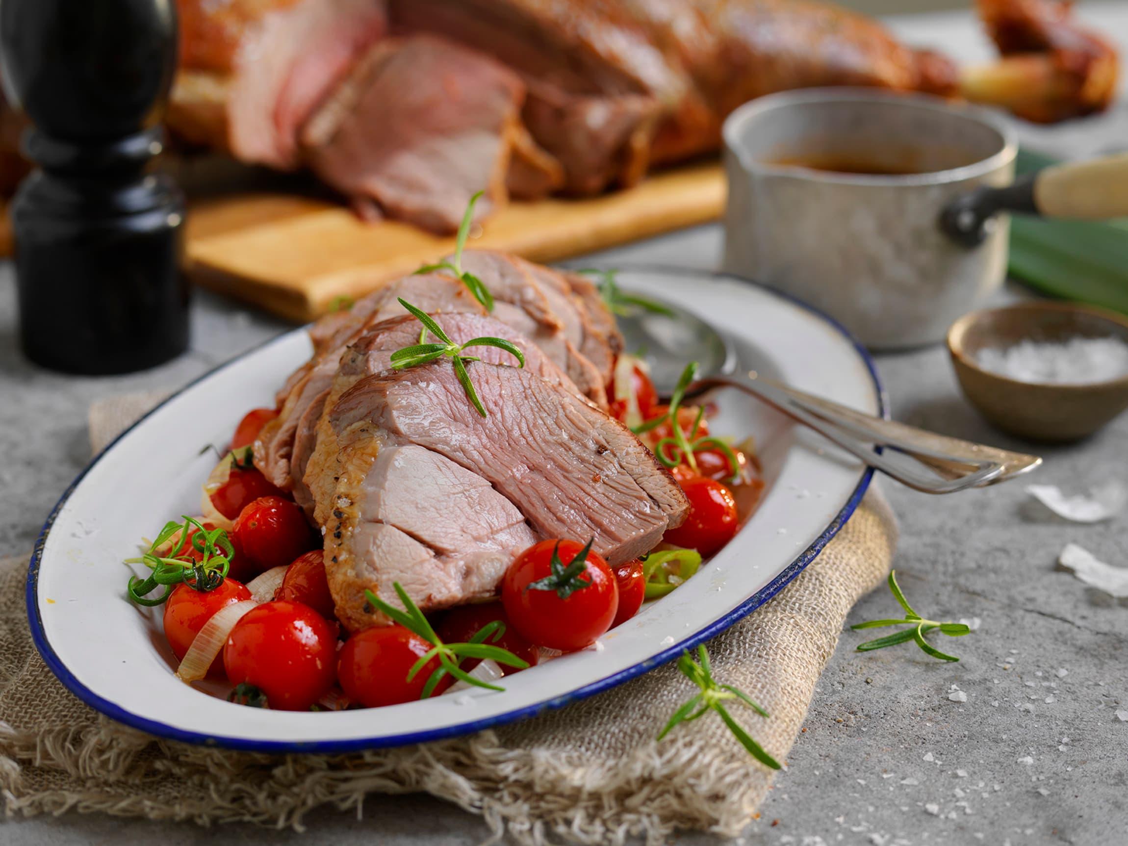 Grillet lammelår kan serveres med det meste av tilbehør. Du kan for eksempel servere tomater, gresk salat og tzatziki for en internasjonal vri.