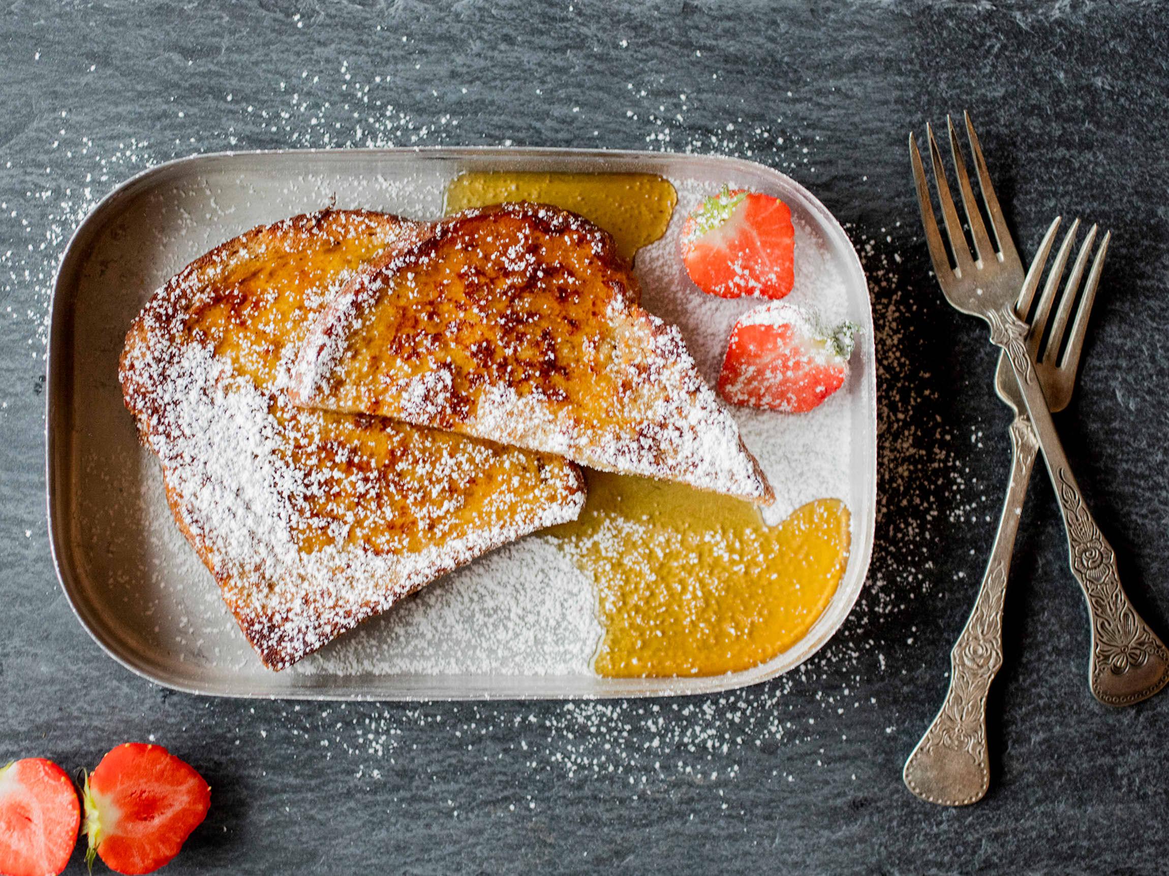 Julekaken kan få nytt liv som arme riddere. Sikt melis over og server med ferske bær!