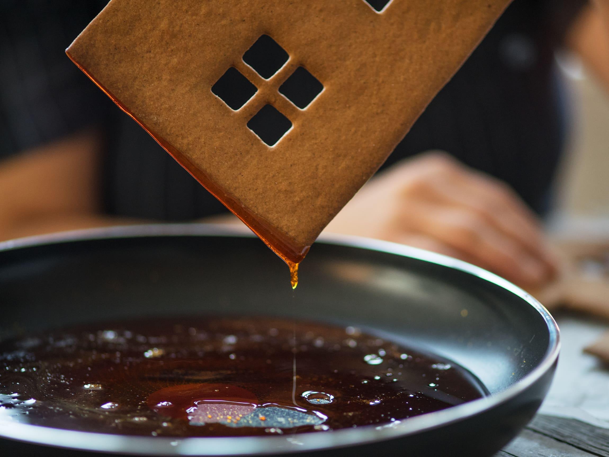 Ved å bruke en stekepanne til å smelte sukkeret kan du bare dyppe hver side av huset nedi.