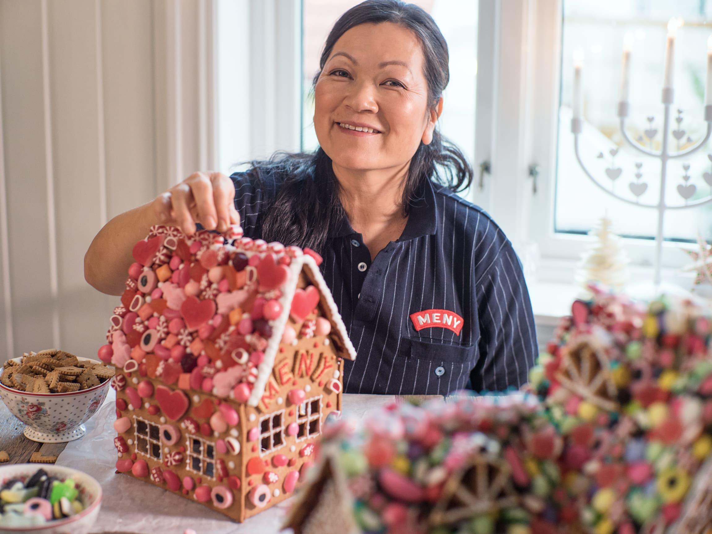 Linn Kristina blir inspirert av eventyr som Hans og Grete når hun skal pynte pepperkakehus.