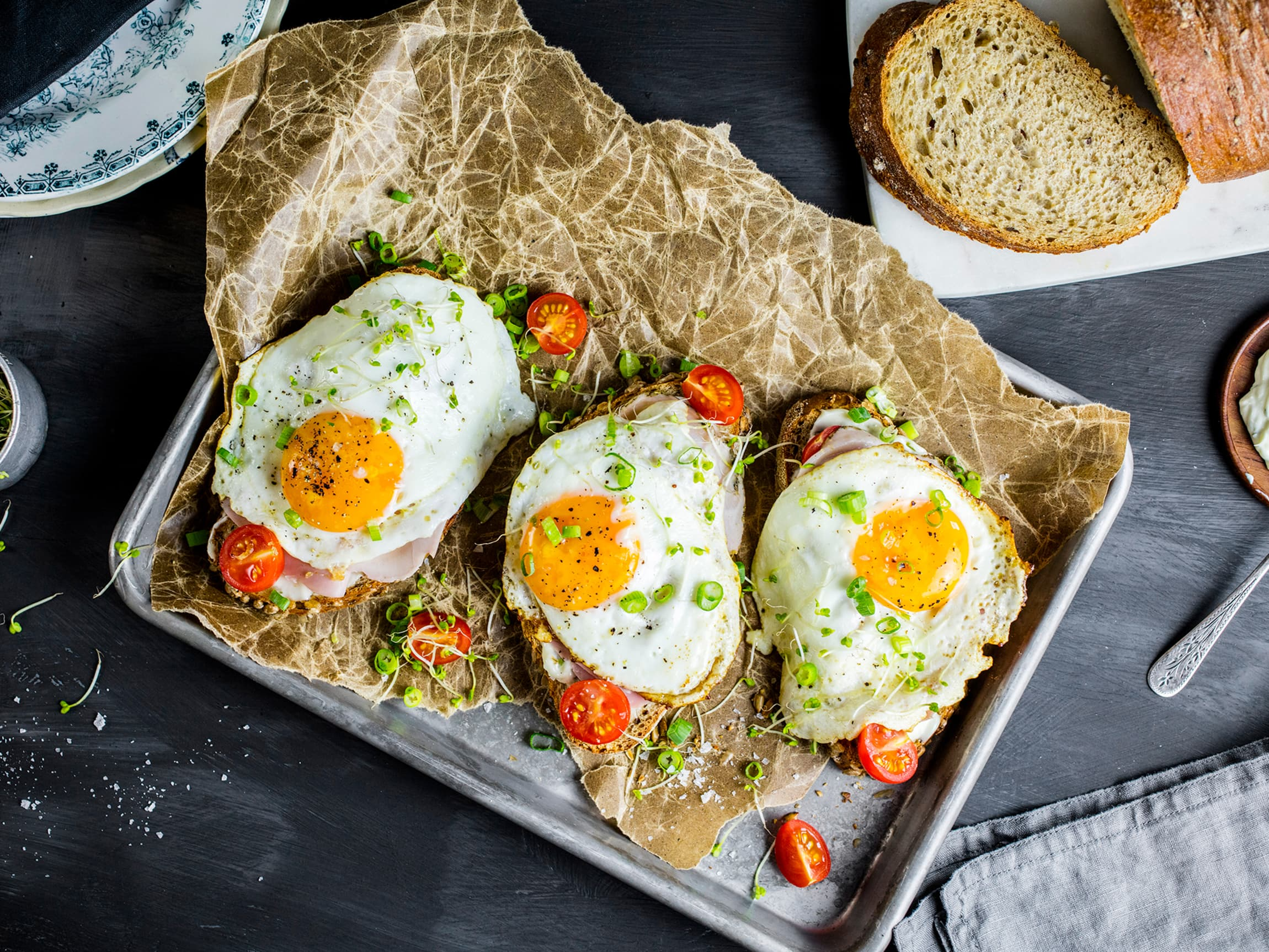 Frokostsmørbrød med speilegg, perfekt til påskefrokosten når man vil kose seg litt ekstra.