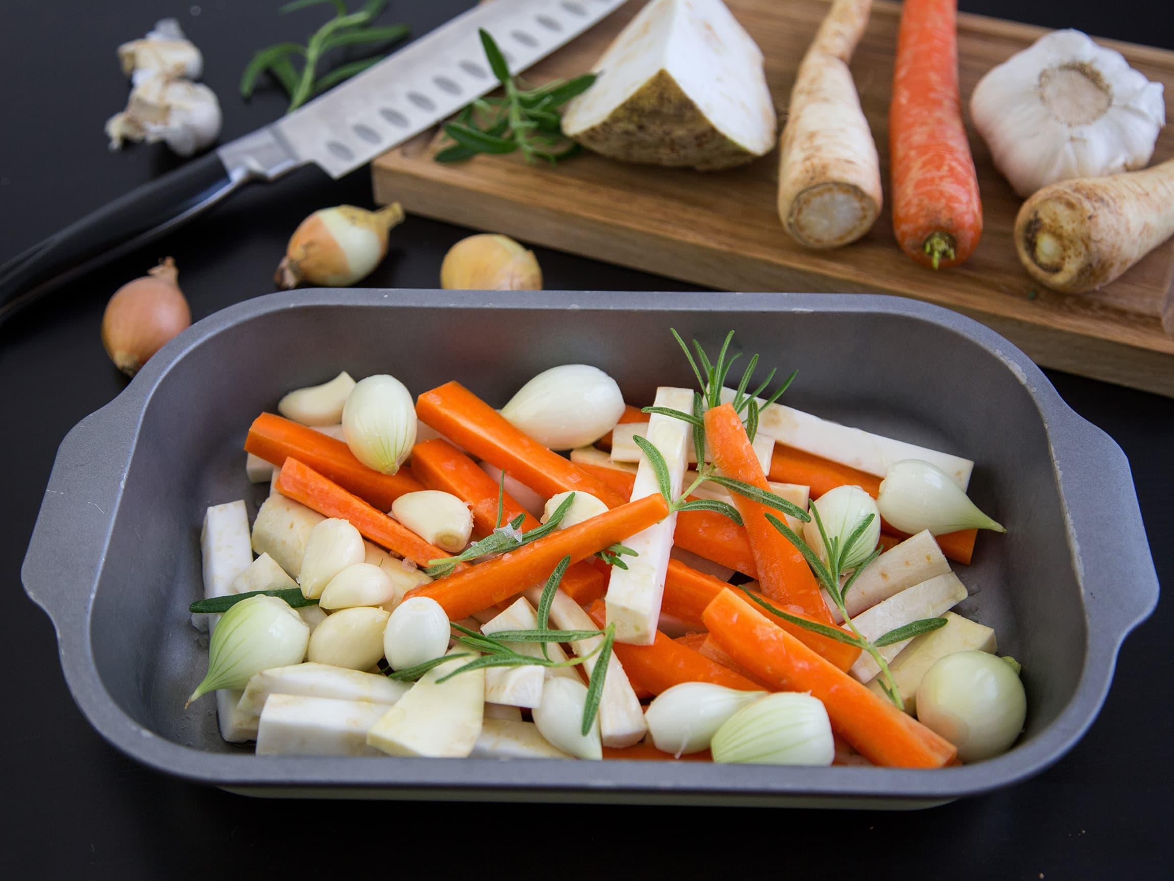 Enkelt tilbehør til enhver rett er ovnsbakte grønnsaker. Har du noe til overs? Bruk det du har, og stek det i ovnen til det er mørt.