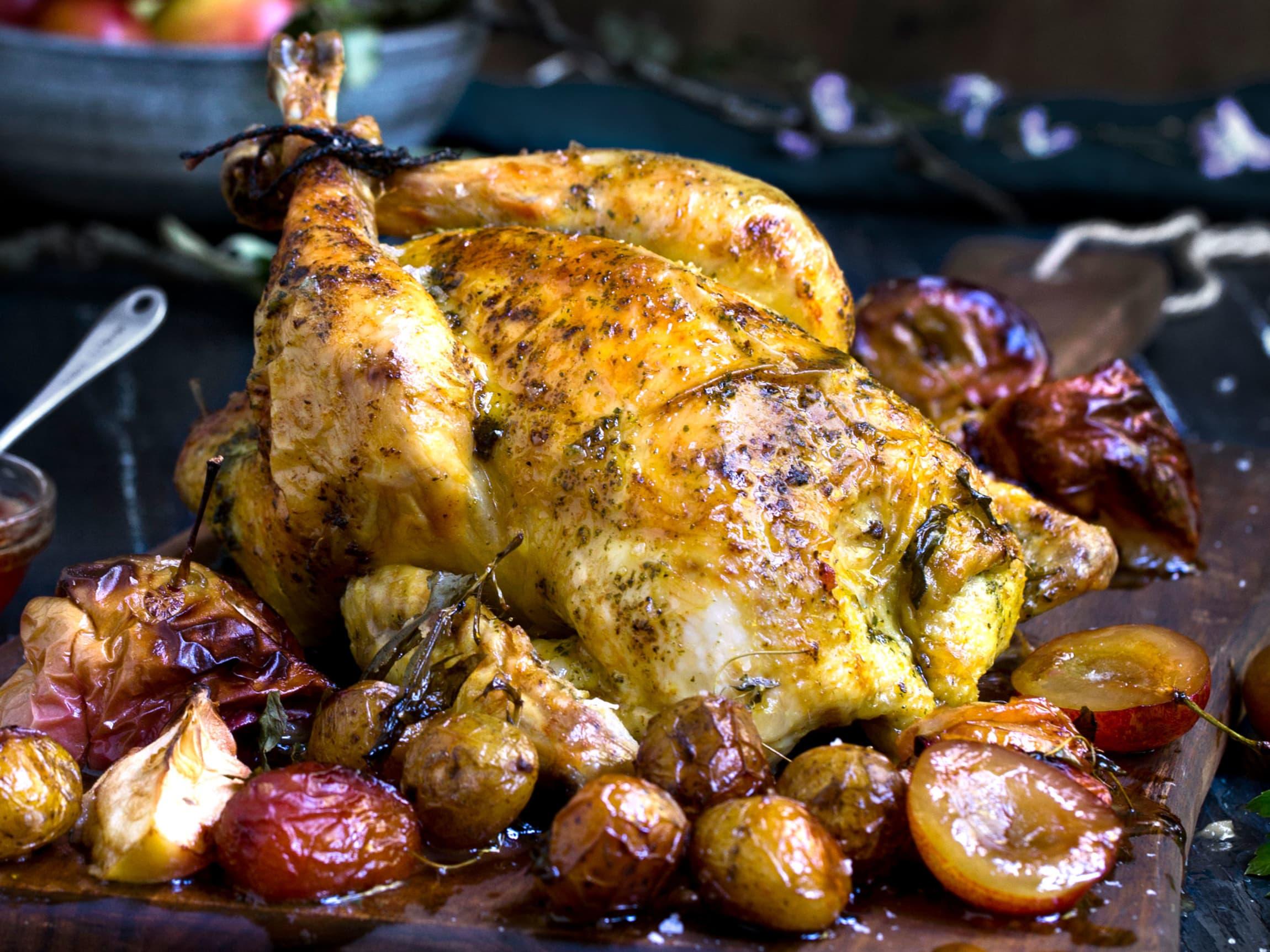 Vil du diske opp med en fantastisk middag, anbefaler Patrick helstekt kylling med urtesmør, stekte plommer og eplesirup.