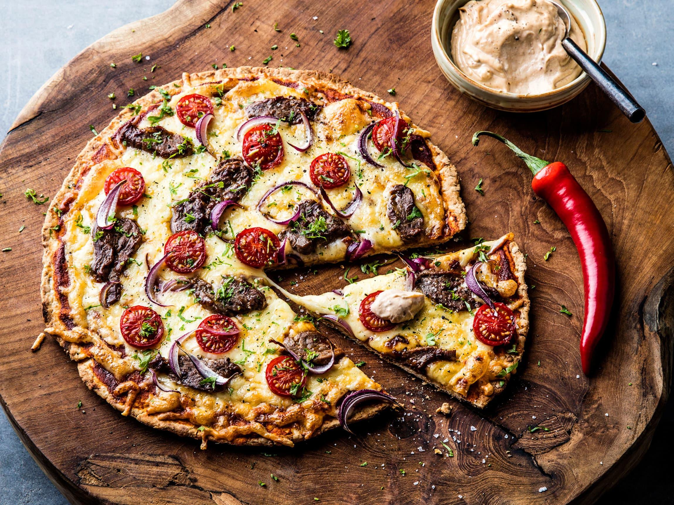 Pizza med marinerte biffstrimler. Så enkelt. Så godt!