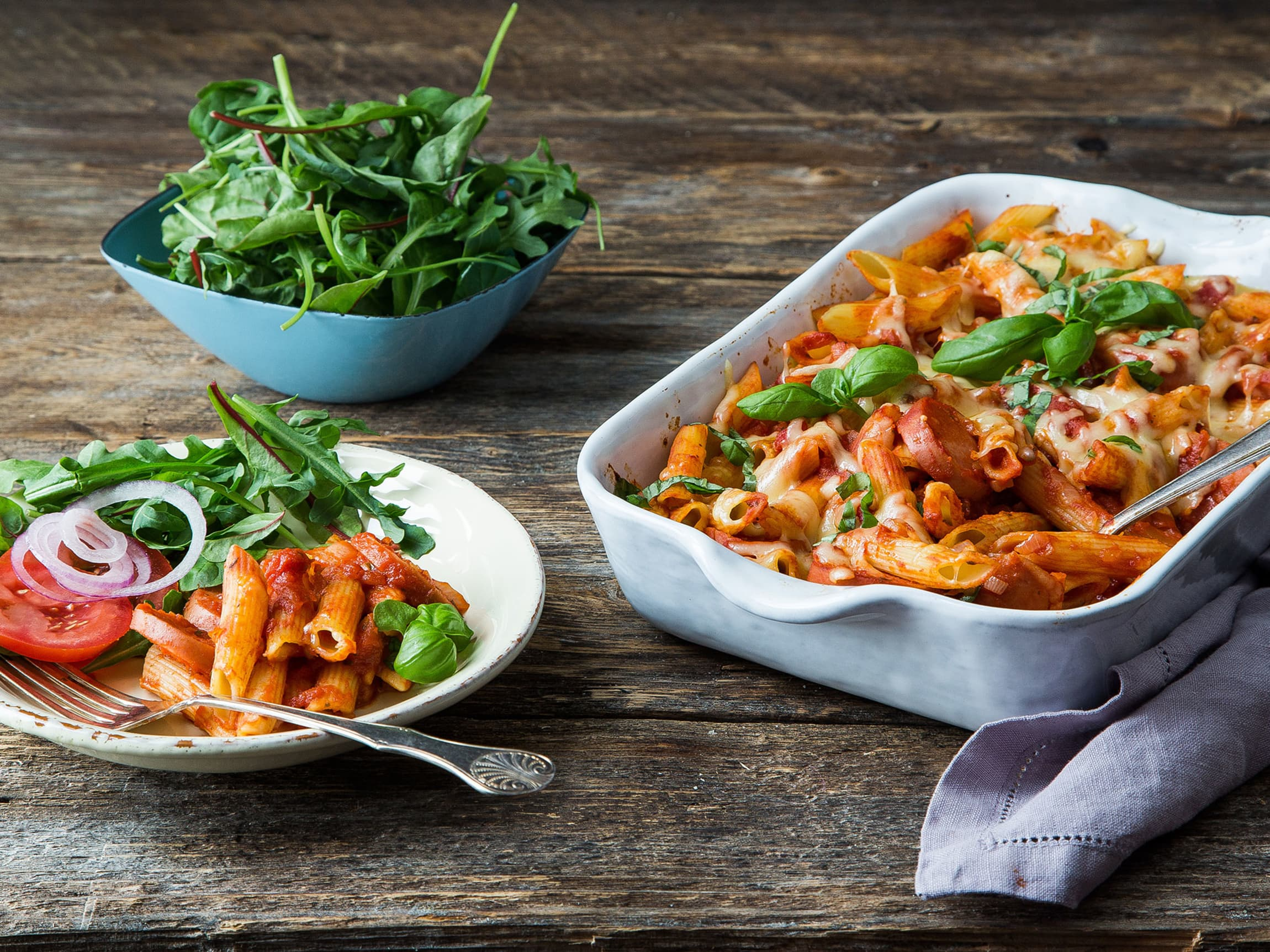 Pølsegrateng med pasta og grønnsaker er en enkel og lettvint middagsfavoritt for barn og voksne.