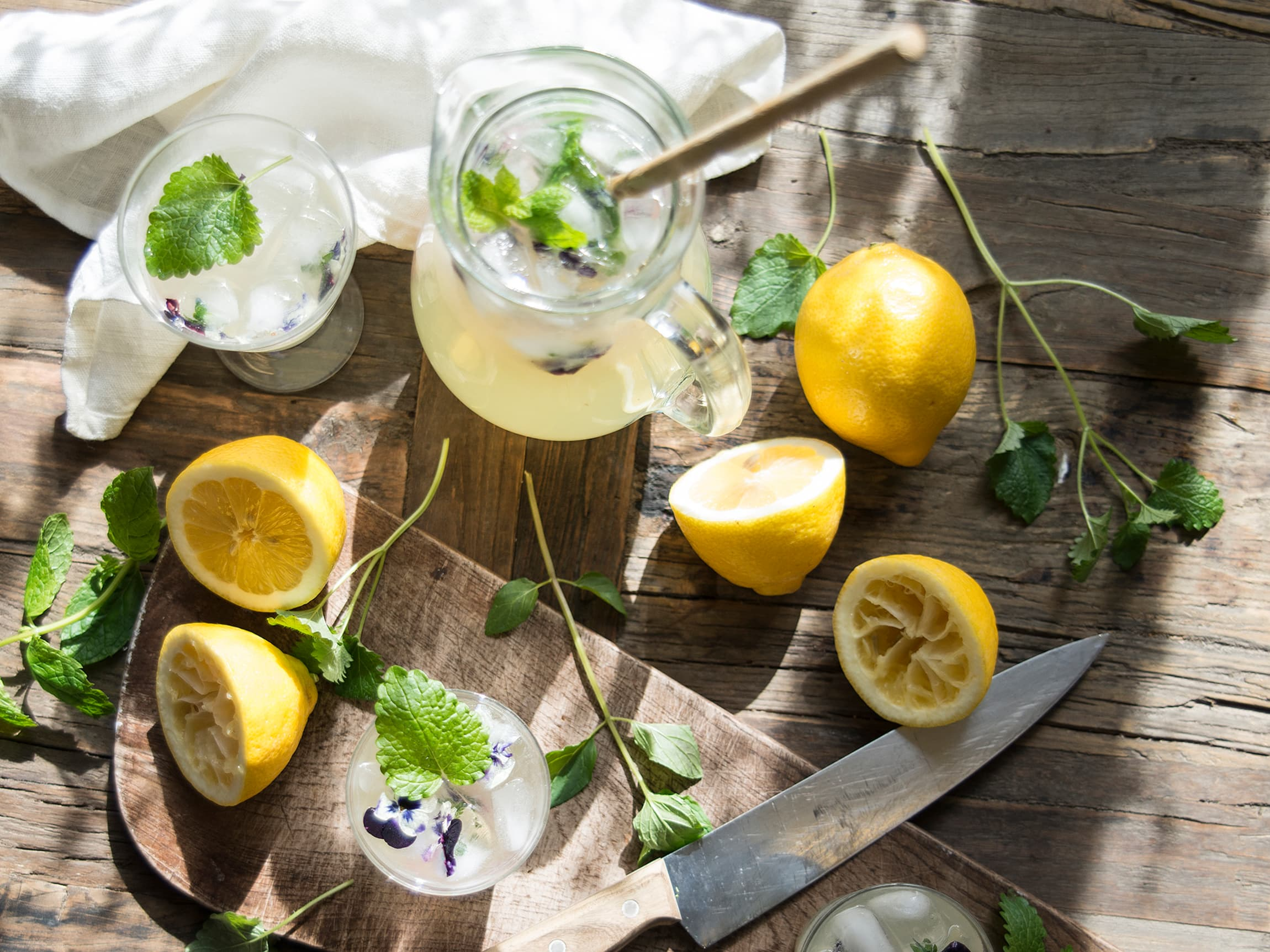 Frisk limonade er en frisk og avkjølende drikk i sommervarmen. Smaksett gjerne med urter eller spennende frukt som litchi.