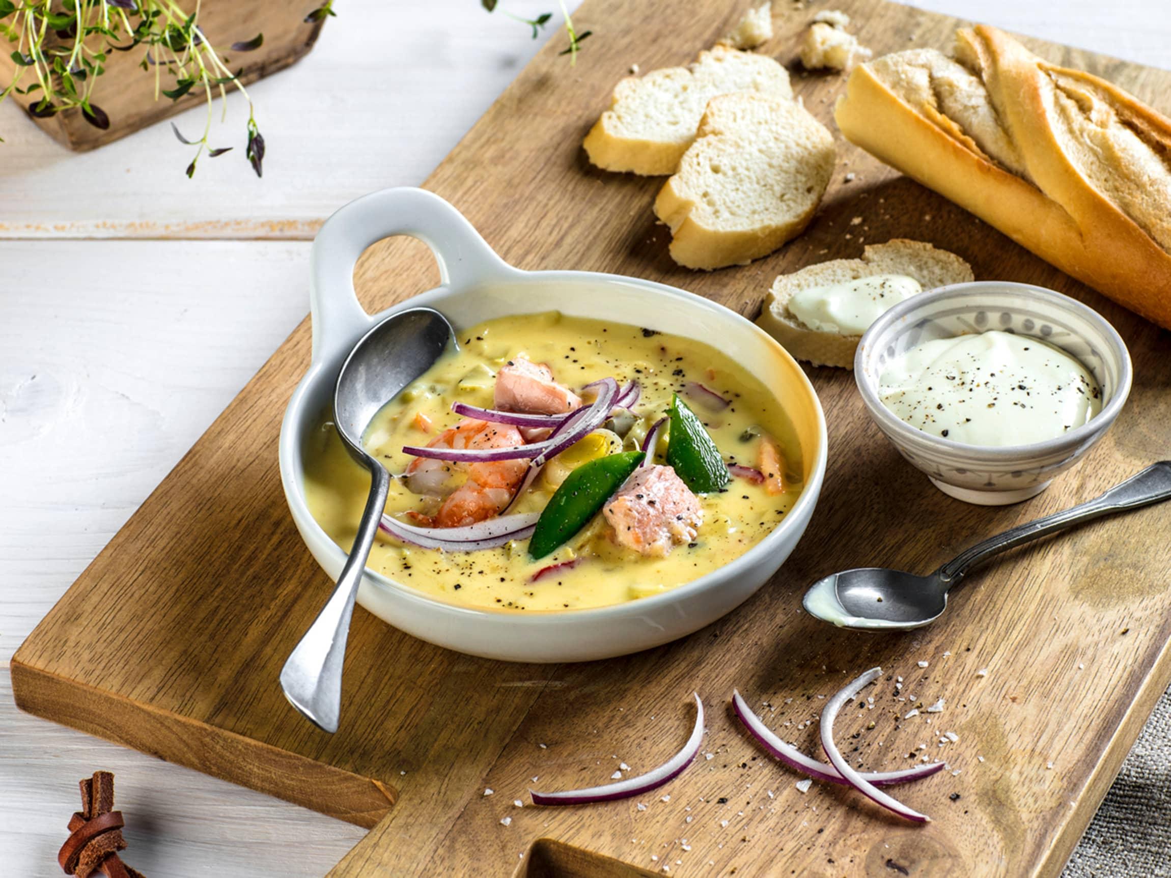 Vår populære fiskesuppe med fersk topping får du kun hos MENY.