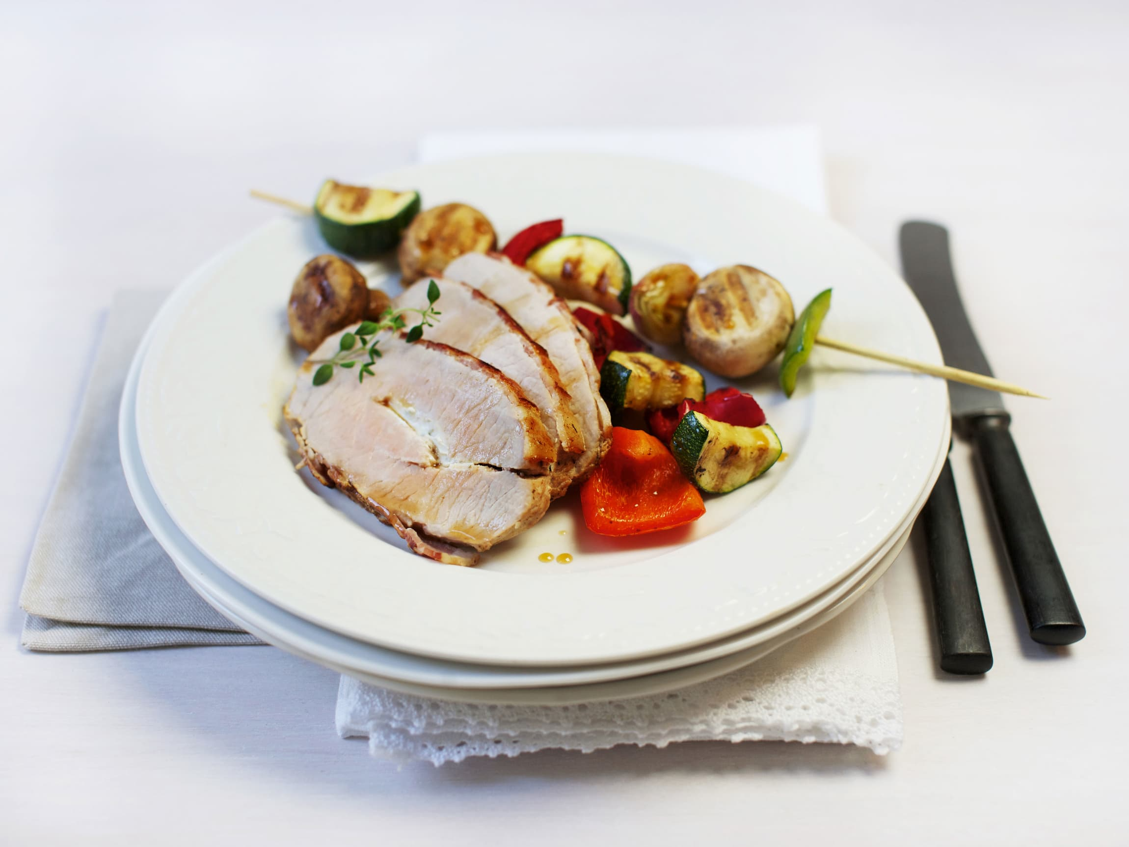 BACONSURRET SVINEFILET: Helstekt svinefilet med bacon og grønnsaksspyd er enkelt og godt.