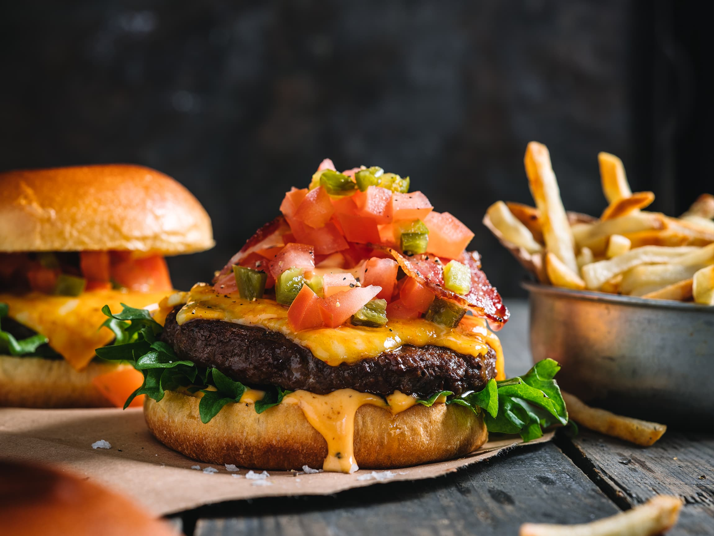 God topping, ost og selvfølgelig en smaksrik saus gjør burgeren til en fantastisk smaksopplevelse!