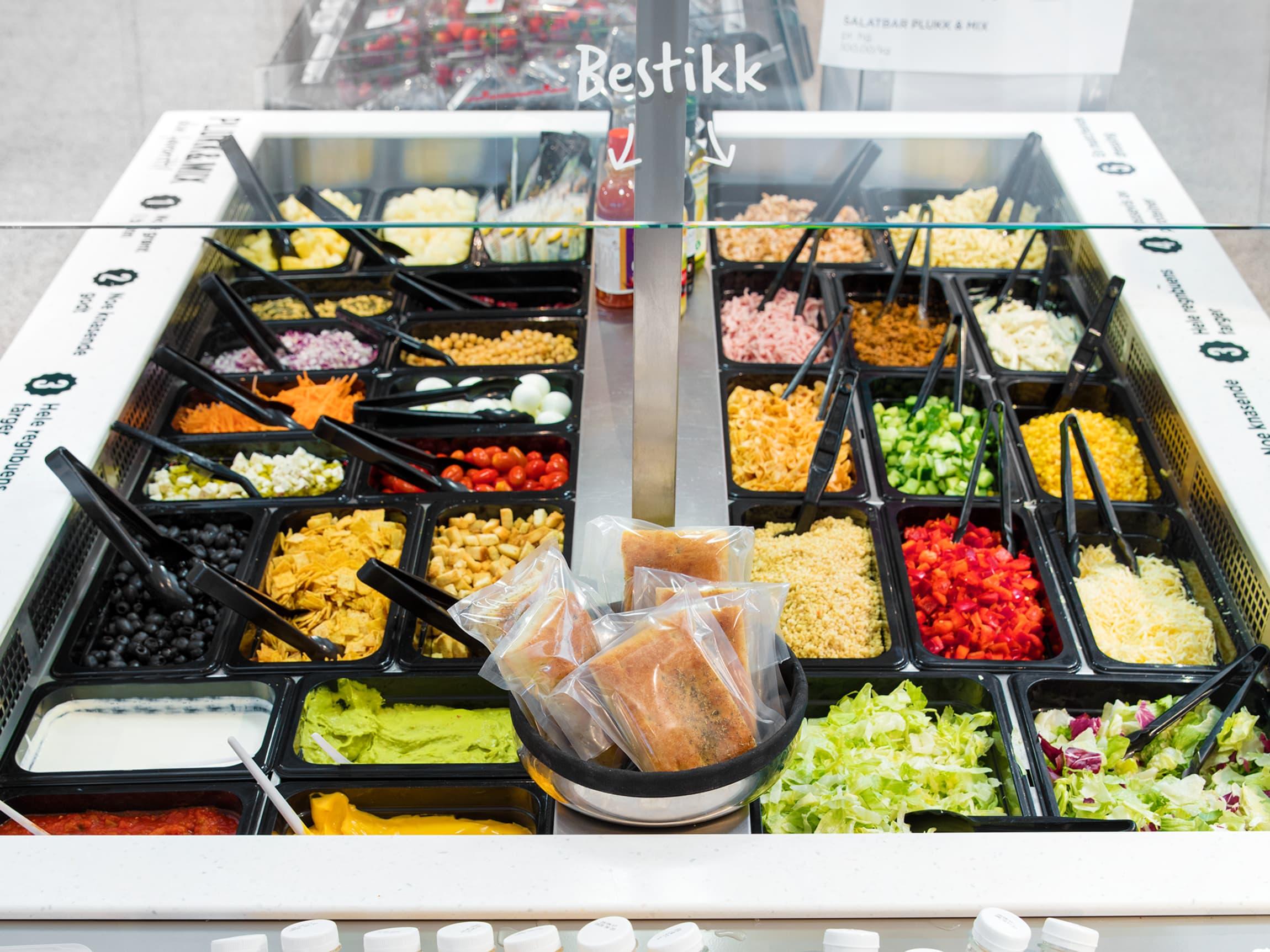 Et godt tips er å plukke salat og grønnsaker til taco fra salatbaren hos MENY.