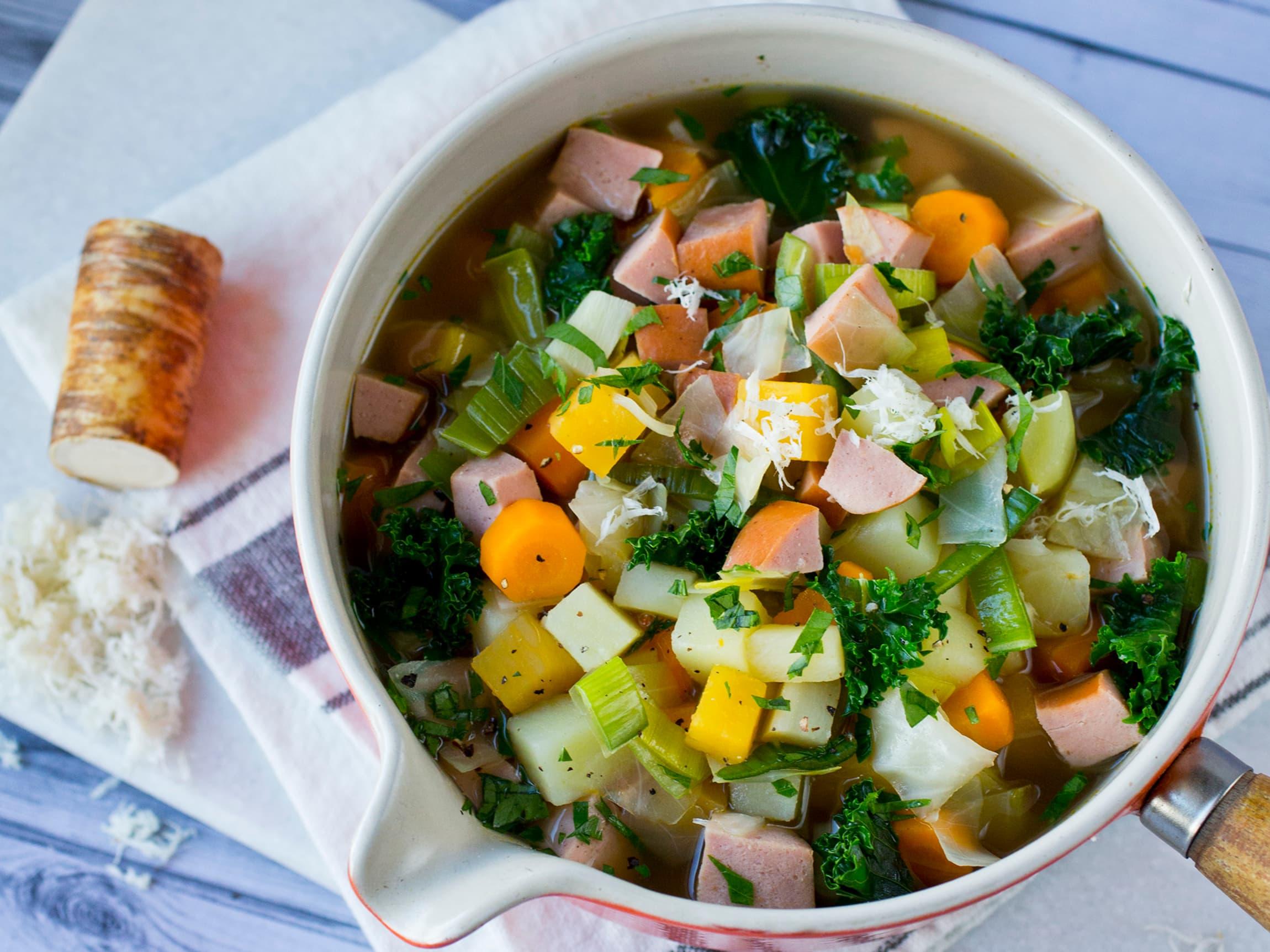 Denne suppa kan varieres i det uendelige avhengig av hva du har i kjøleskapet og hvilke grønnsaker du liker.