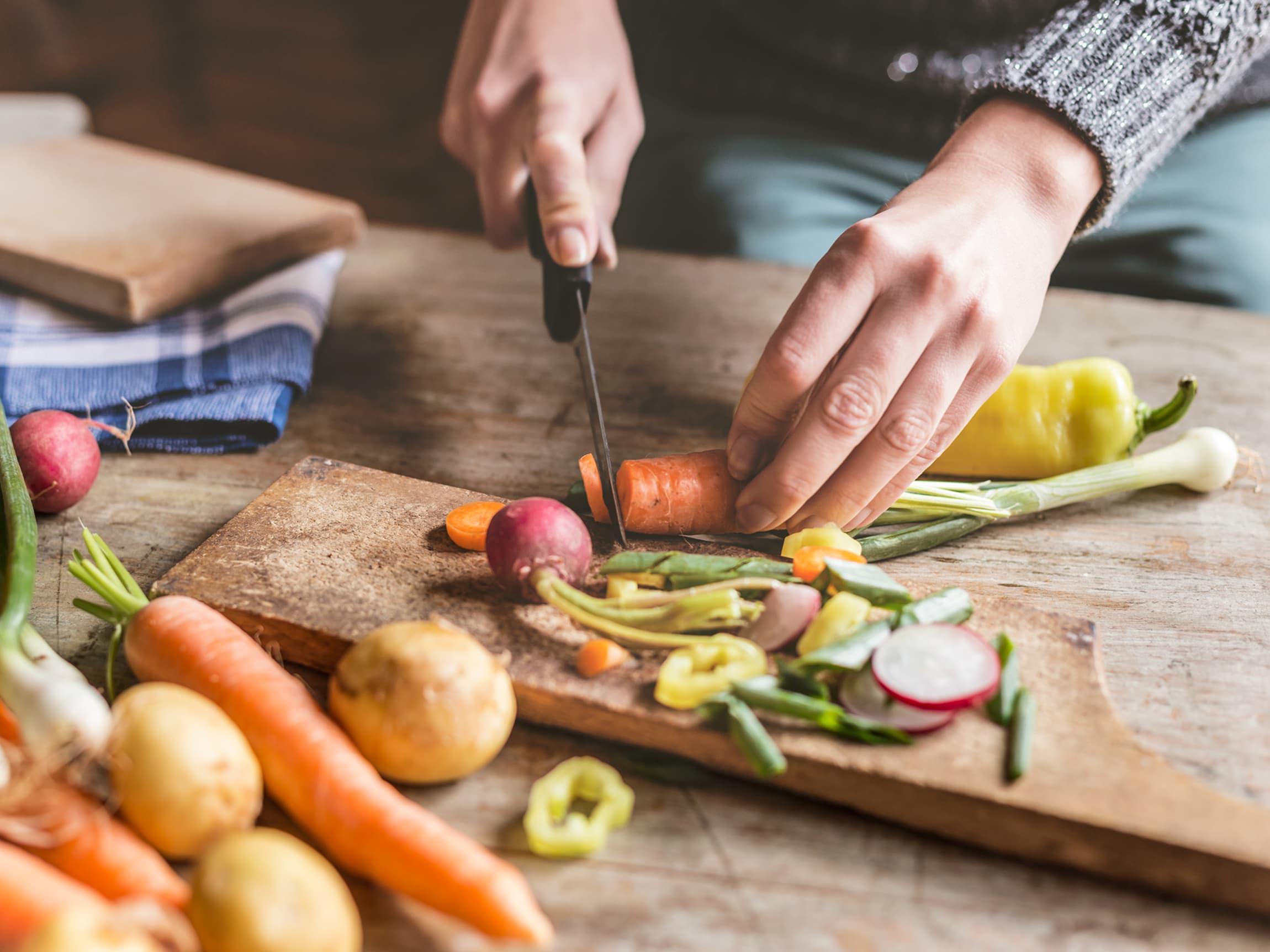 Myke partier på grønnsakene bør skjæres bort.