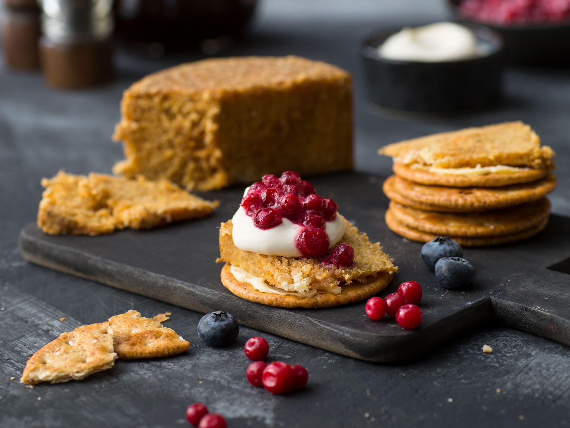 Med meierismør, rømme og tyttebær smaker gamalosten ekstra godt på saltkjeks eller skive godt brød!