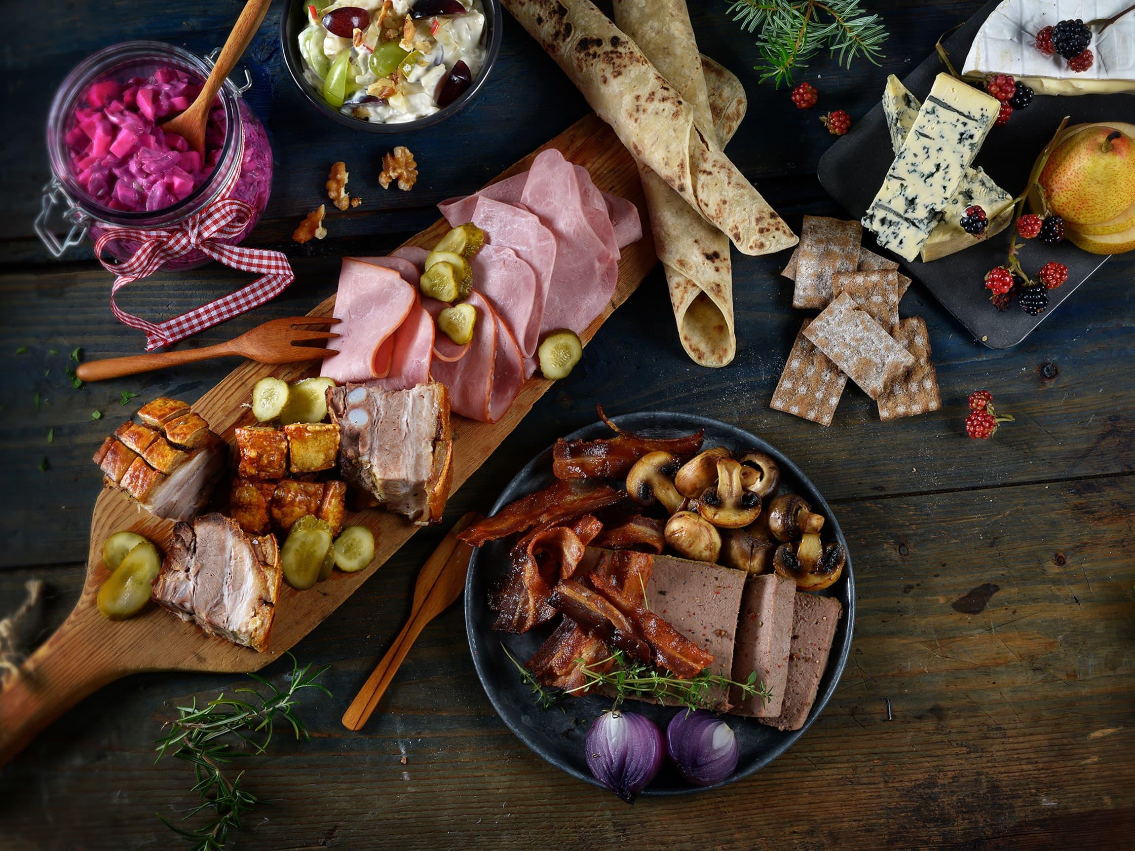 Både ost, ribbe, skinker, salater og posteier hører til på julefrokostbordet.
