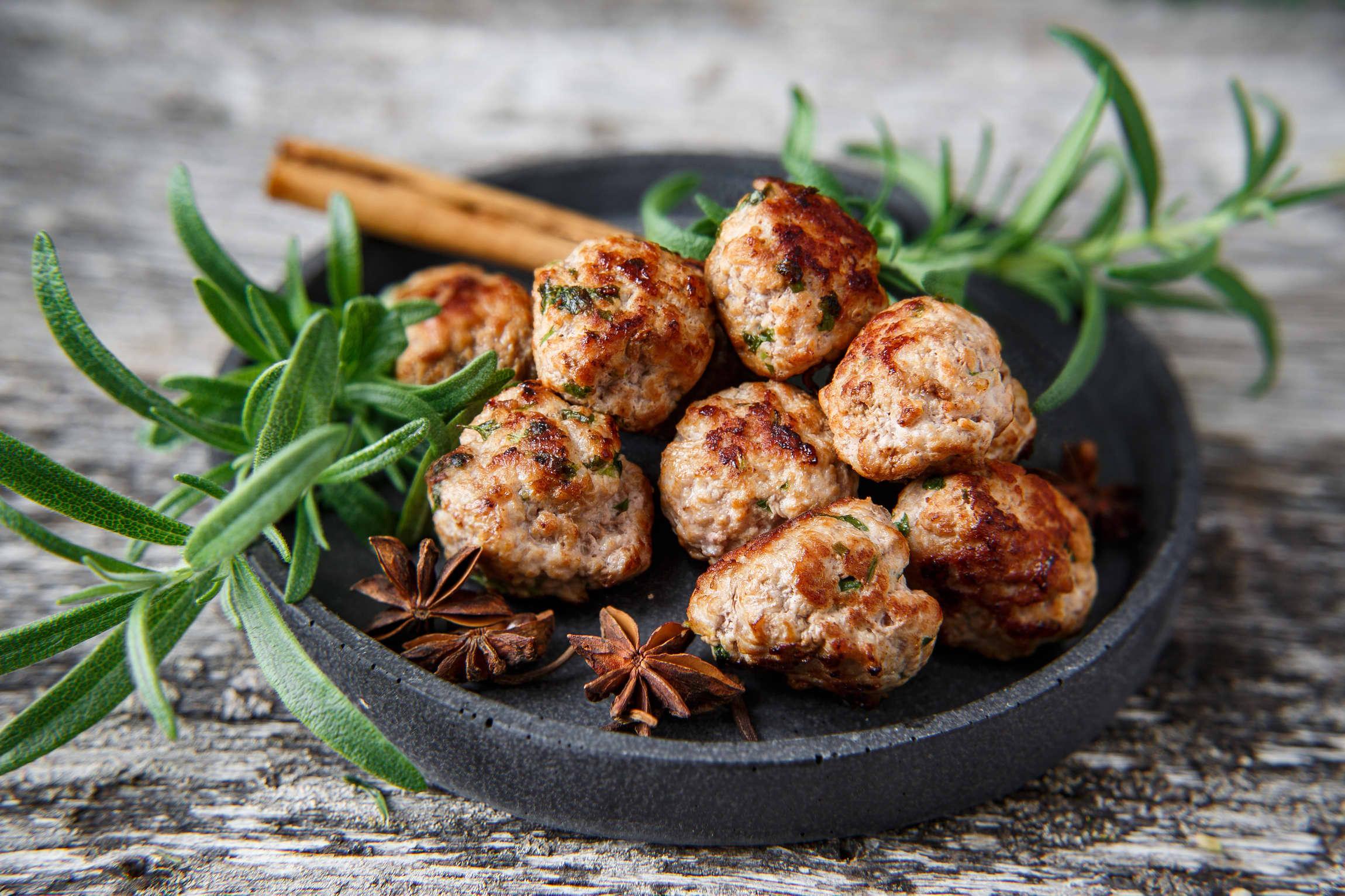 Medisterdeig er saftig og smakfullt - krydre med litt spennende smaker, så får du kjøttboller du sent vil glemme.