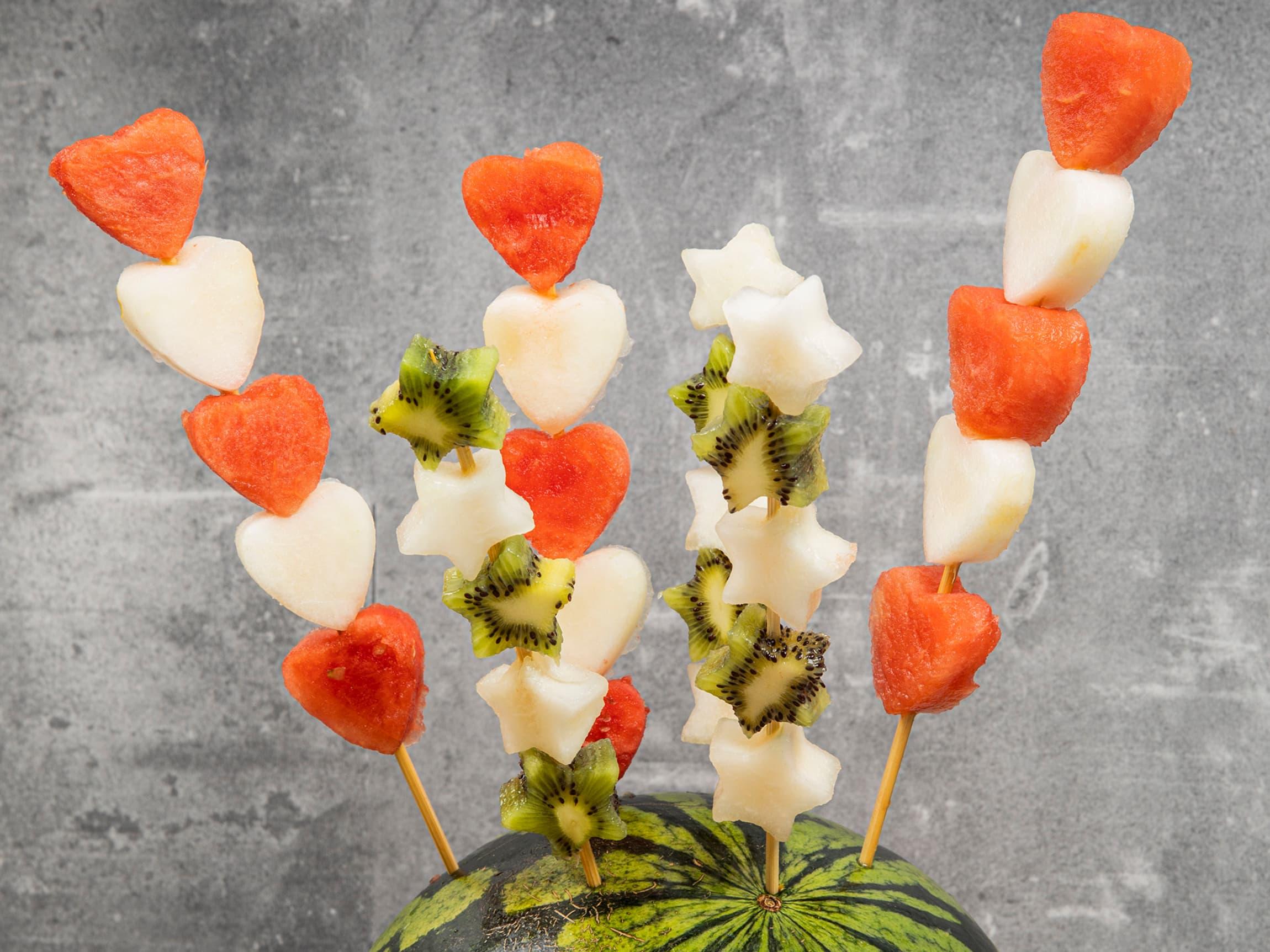 Bruk pepperkakeformer til å lage figurer av melon og lag fruktspyd