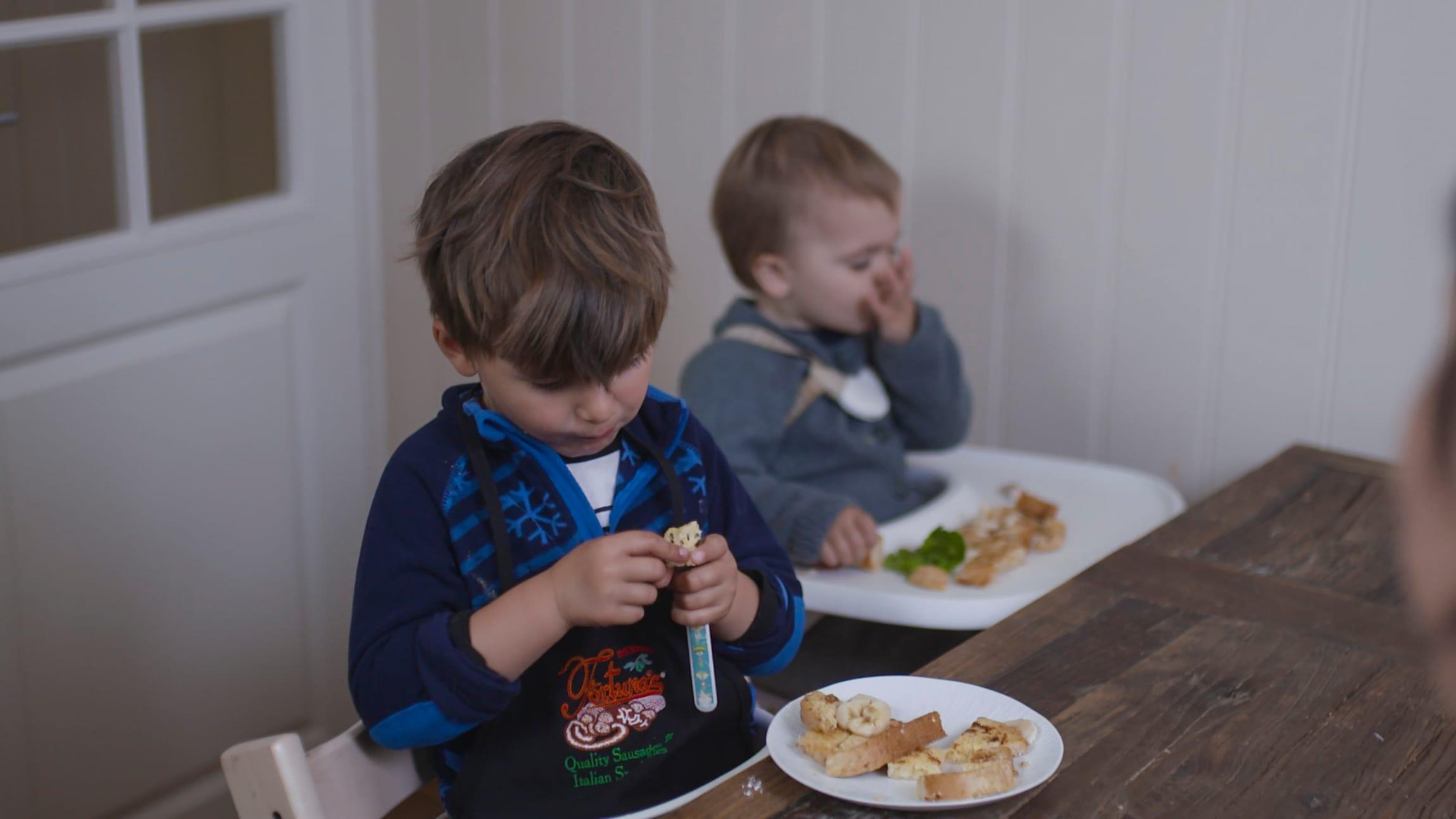 Nico og Tobias spiser kveldsmat