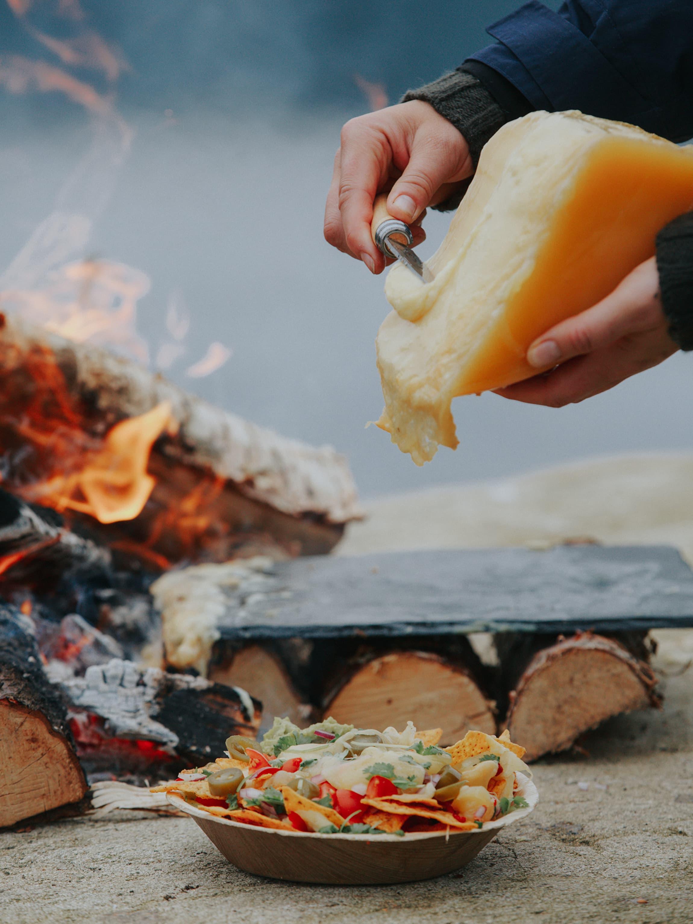 Norsk Alpeost egner seg godt smeltet som raclette sammen med kokte poteter, skinke, sølvløk og cornichons.
