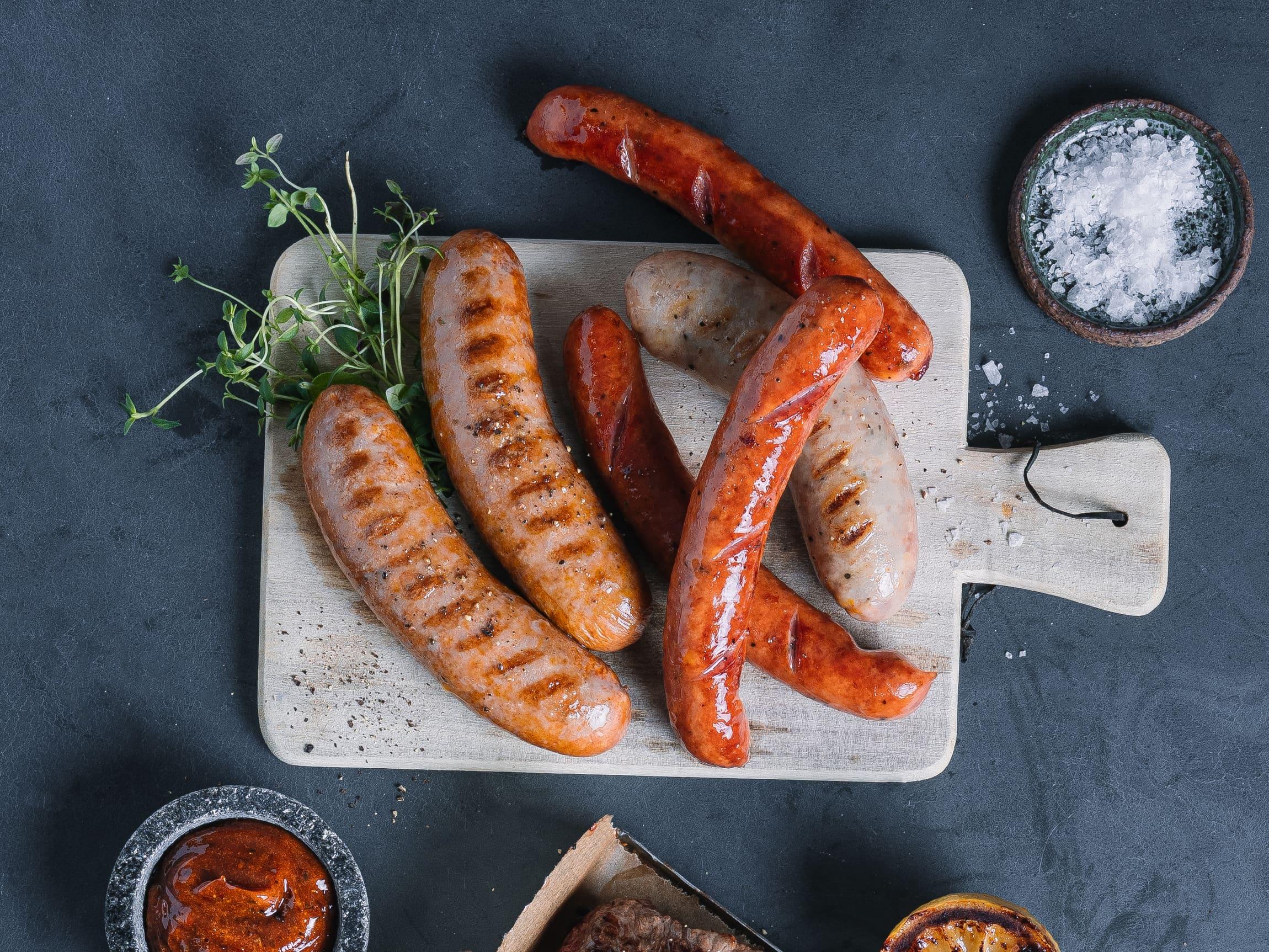 Gourmetpølsene passer godt som hovedattraksjon på tallerkenen. Med gode, rene smaker og spennende krydder blir dette en ny favoritt på grillen i sommer.