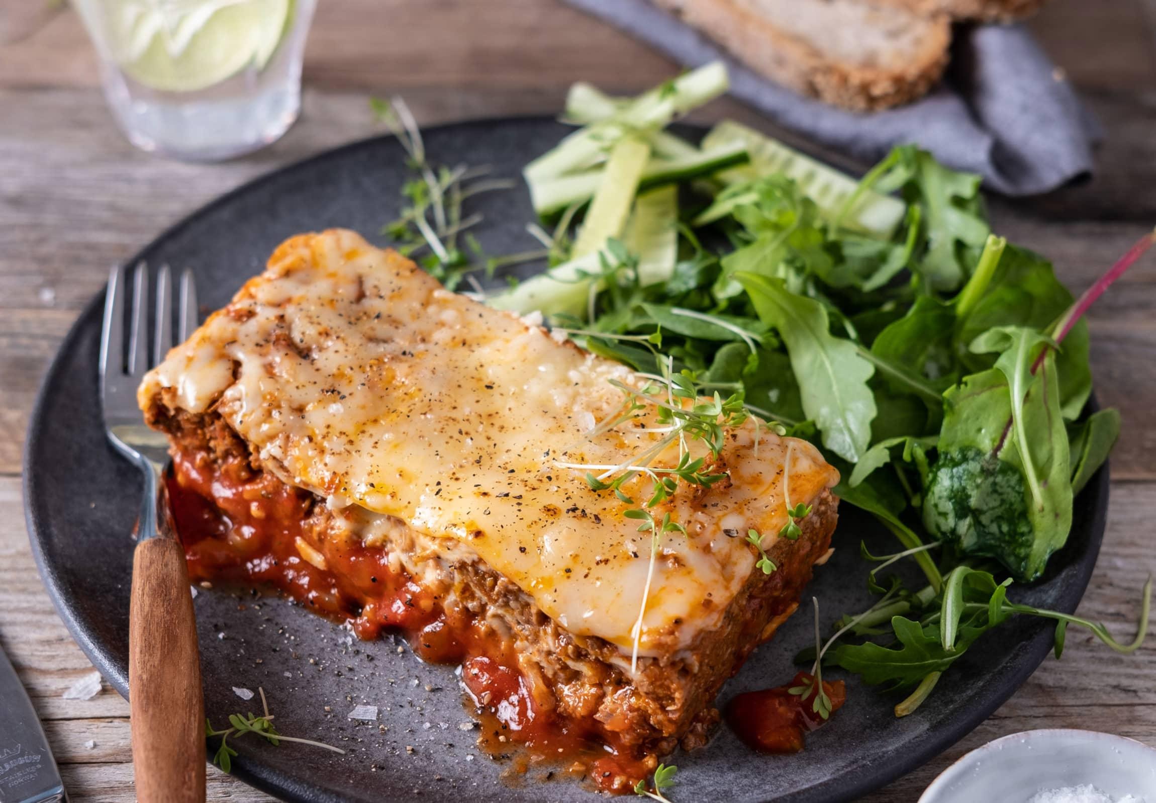 FERDIG MIDDAG: Lasagnen fra Heat & Eat trenger bare å varmes i ovnen i 18 minutter, eller i mikro i 4 minutter.