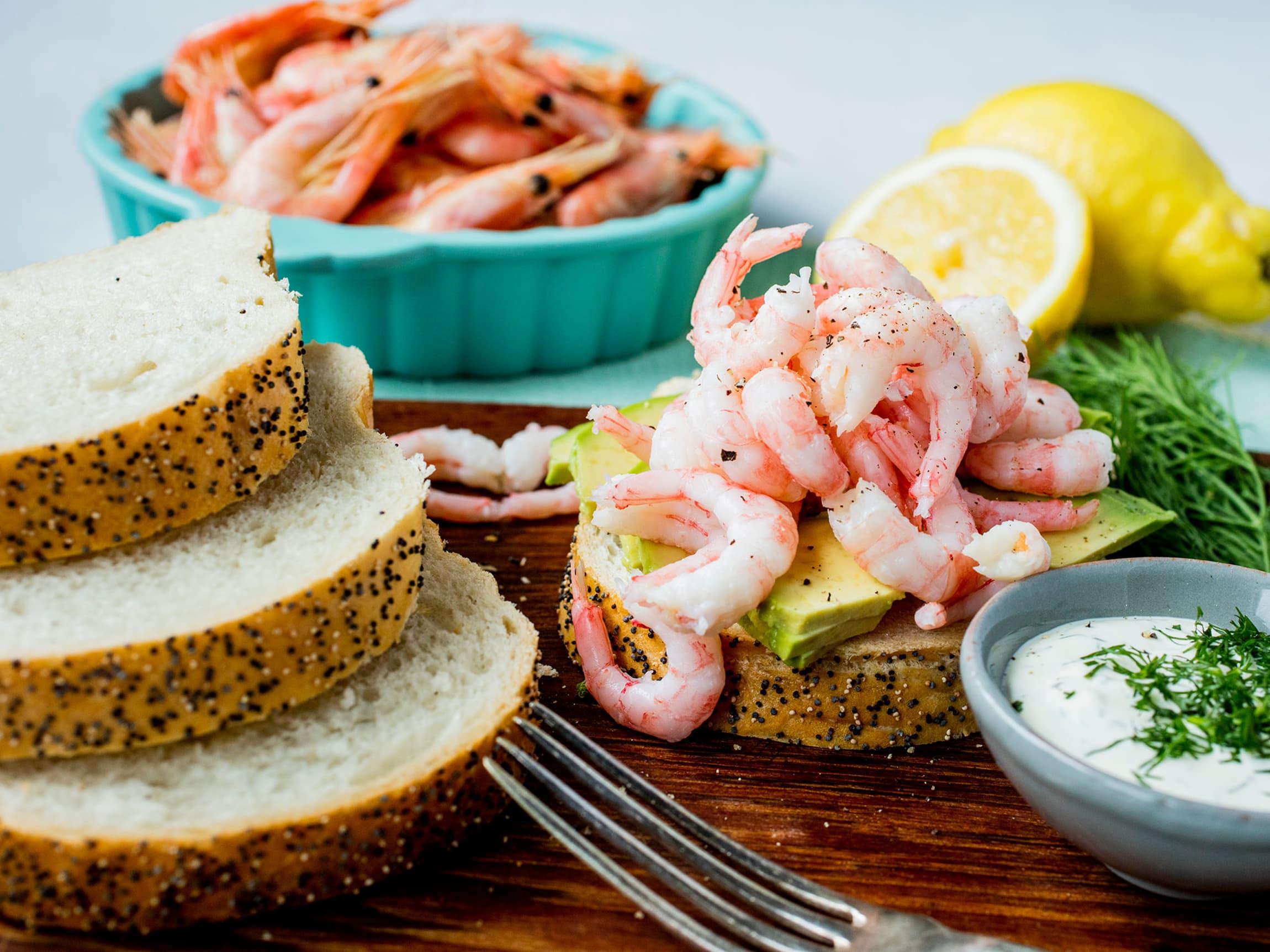 Reker har en søt, frisk og salt smak så tilbehøret blir derfor lett. Prøv deg på en ny vri; reker med avokado er nydelig.