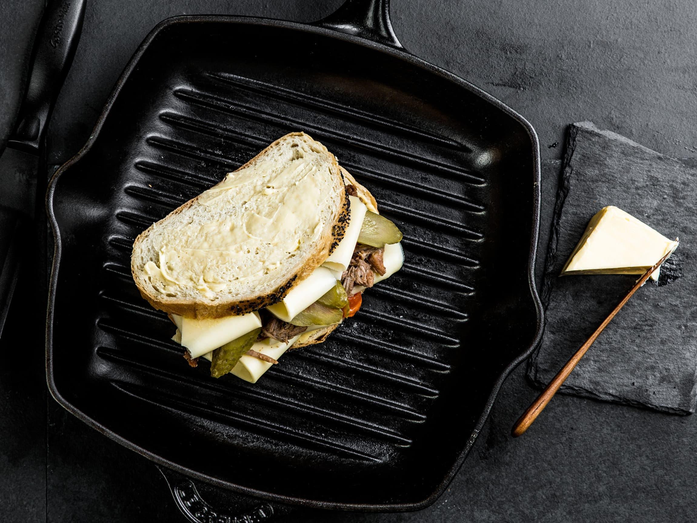 Et ostesmørbrød er en fin måte å bruke opp restene i kjøleskapet på