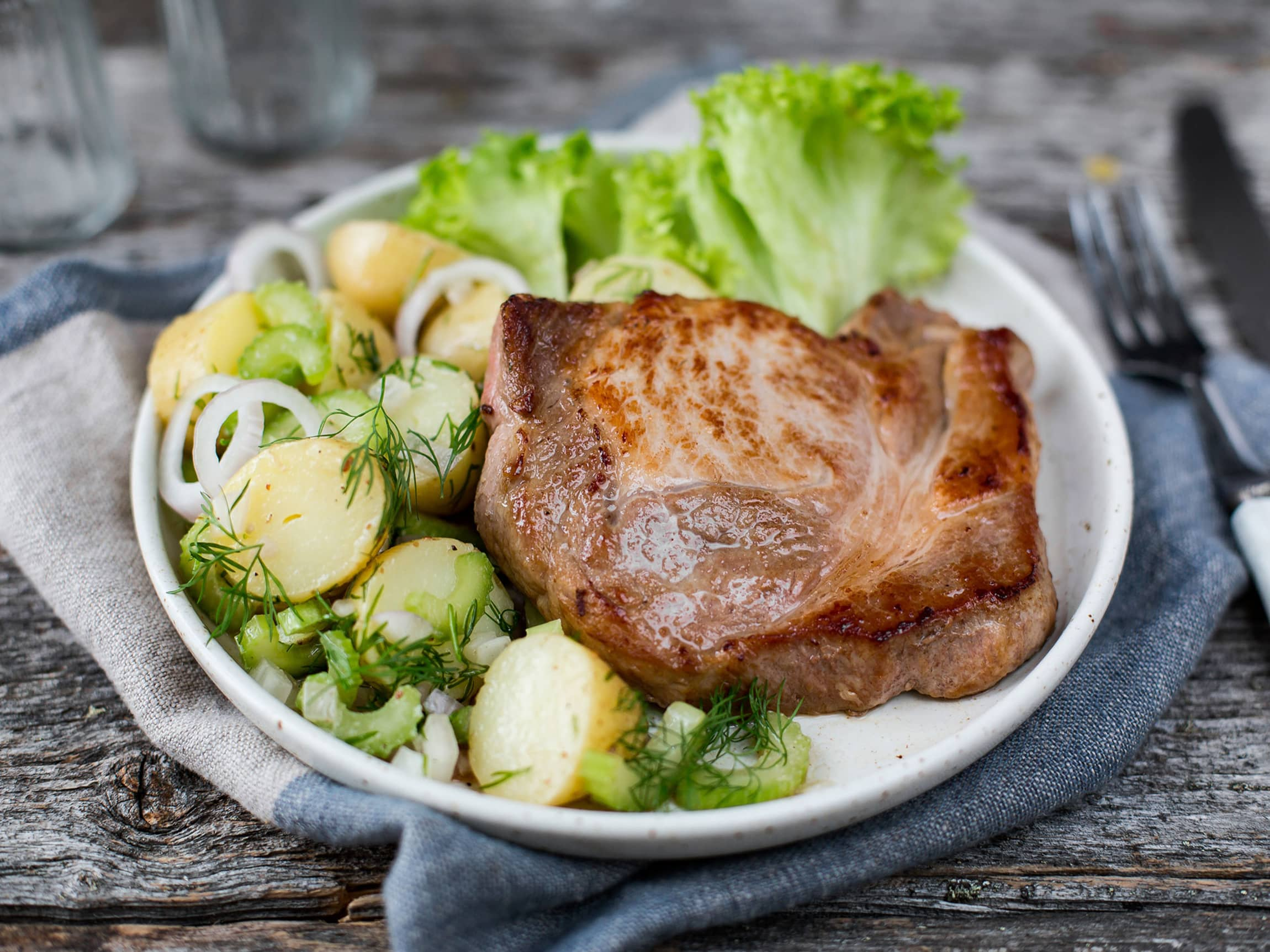 Lun potetsalat sammen med svinekoteletter er en sikker vinner