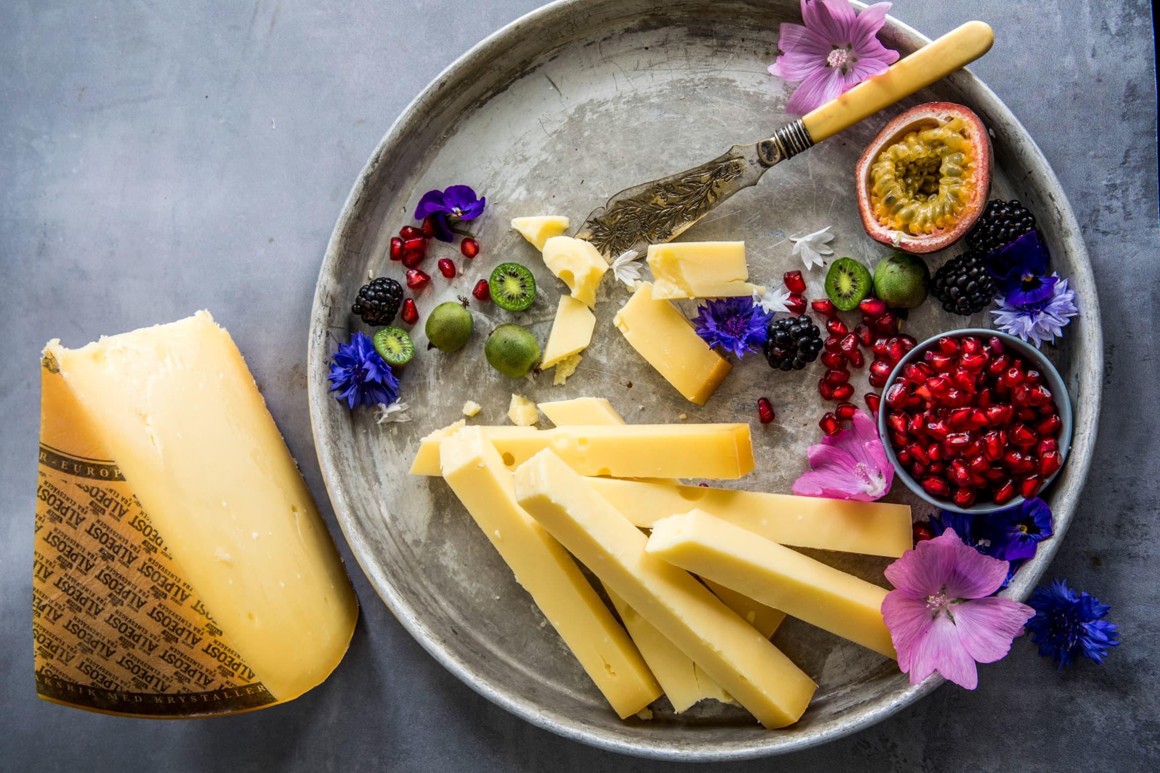 Skjær rause staver av en god fastost og server med kiwibær, granateple og pasjonsfrukt. God skinke eller ristede mandler passer også godt til!