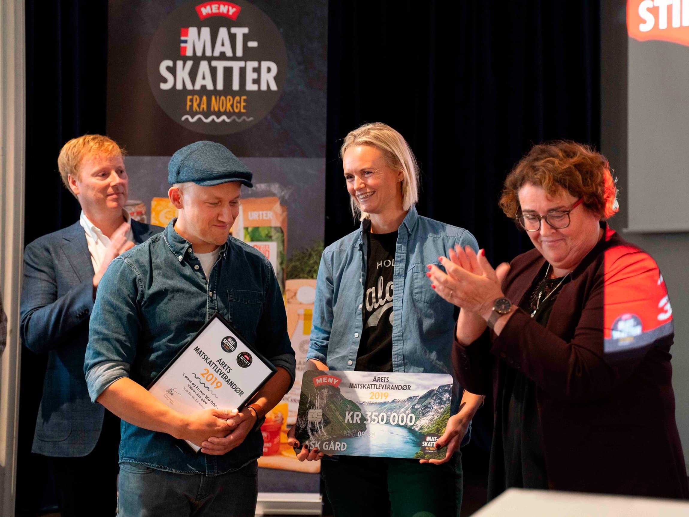 MENY-sjef Vegard Kjuus og Landbruks- og matminister Olaug Bollestad deler ut prisen til Ask.