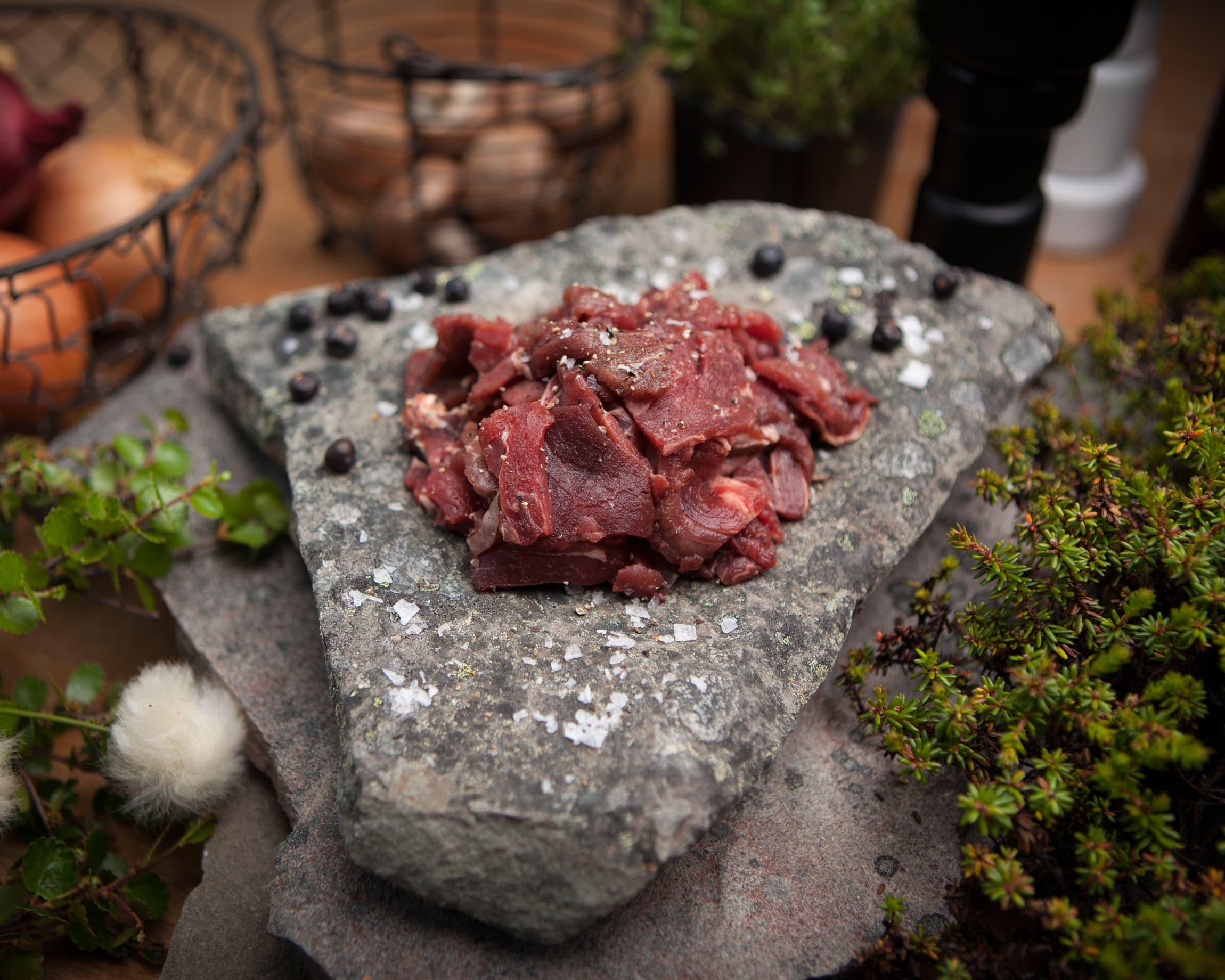 Reinsdyrskav er kjøttbiter fra reinsdyret som er skjært i tynne skiver. Rein finnbiff fra Finnmark Rein finner du i frysedisken, og er derfor å få tak i hele året. Stekes fra fryst tilstand.