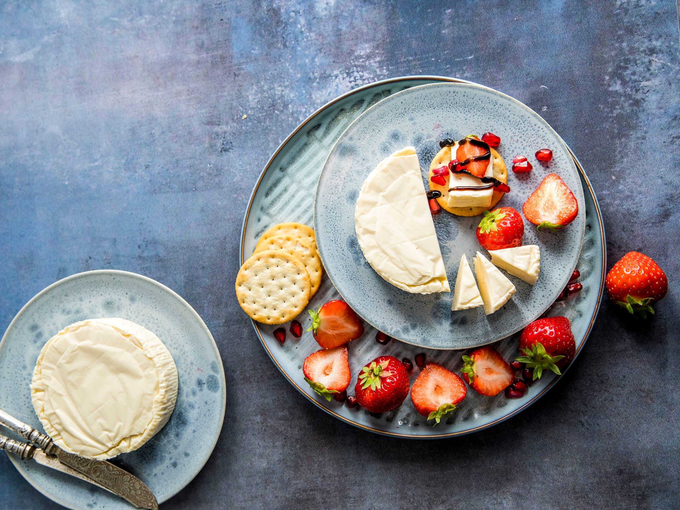 Prøv klassikeren Fryd Crème Kirsebær med salt kjeks og friske jordbær. Pynt med Saba - tyktflytende balsamico fra Modena.