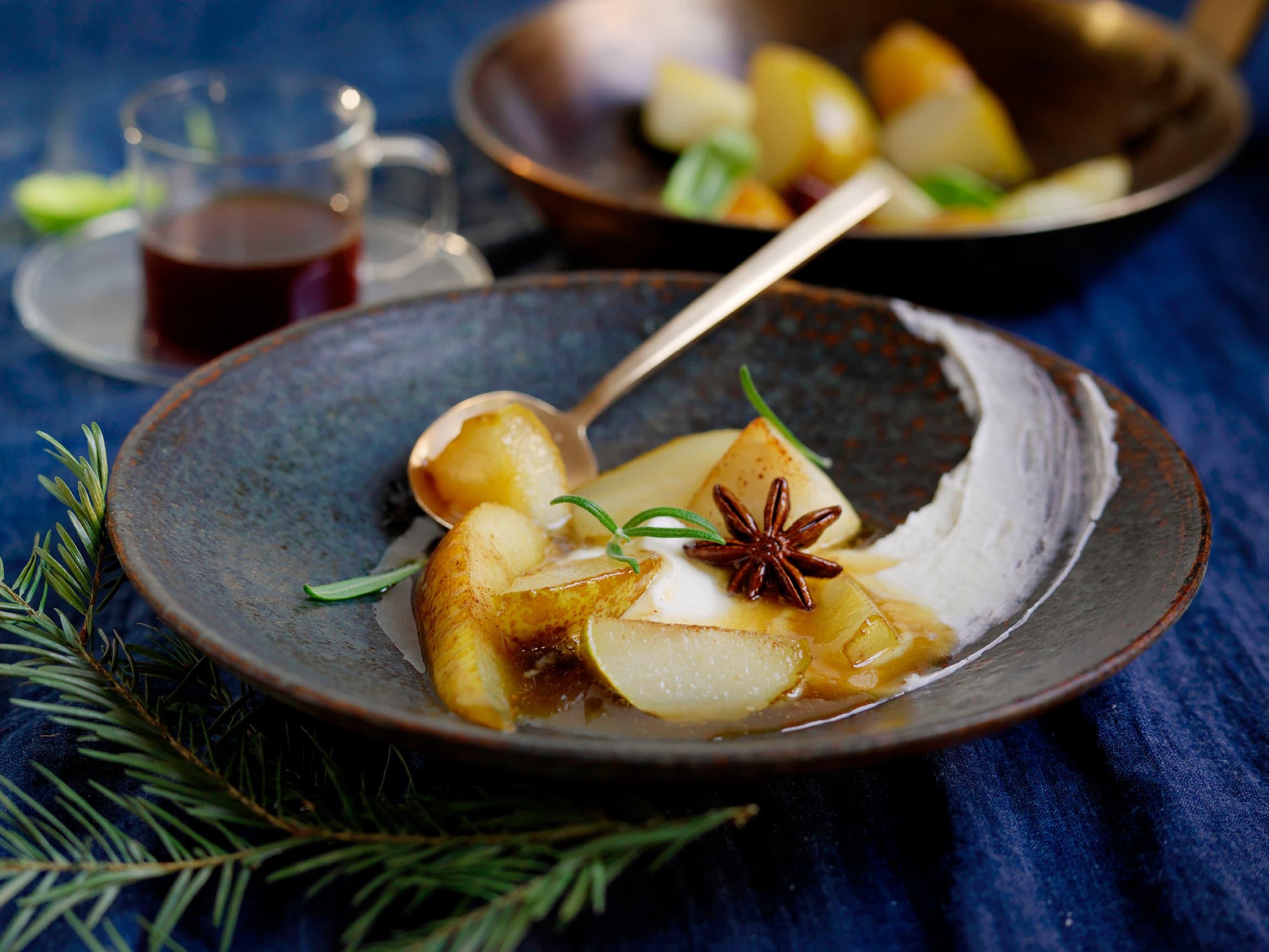 Honningglaserte pærer med ingefær og mascarpone. Denne desserten passer godt etter et tyngre måltid.