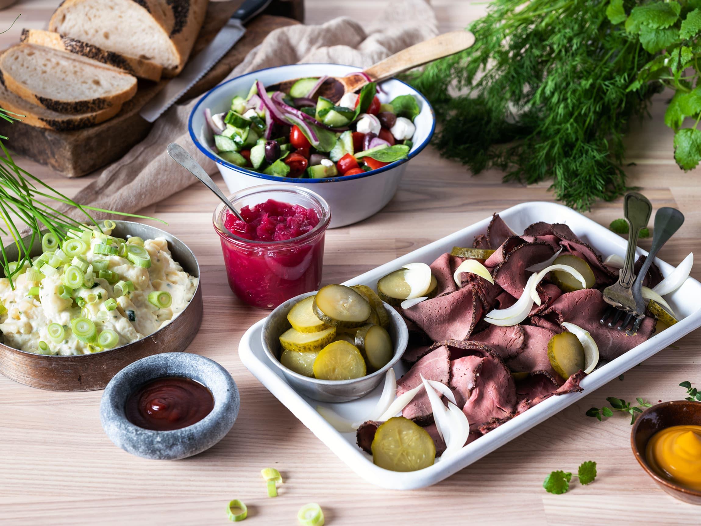 Tilbehør som gresk salat, hjemmelaget potetsalat og tilbehør som gode sauser og syltet rødløk gjør kolftbordet til festmat som imponerer.