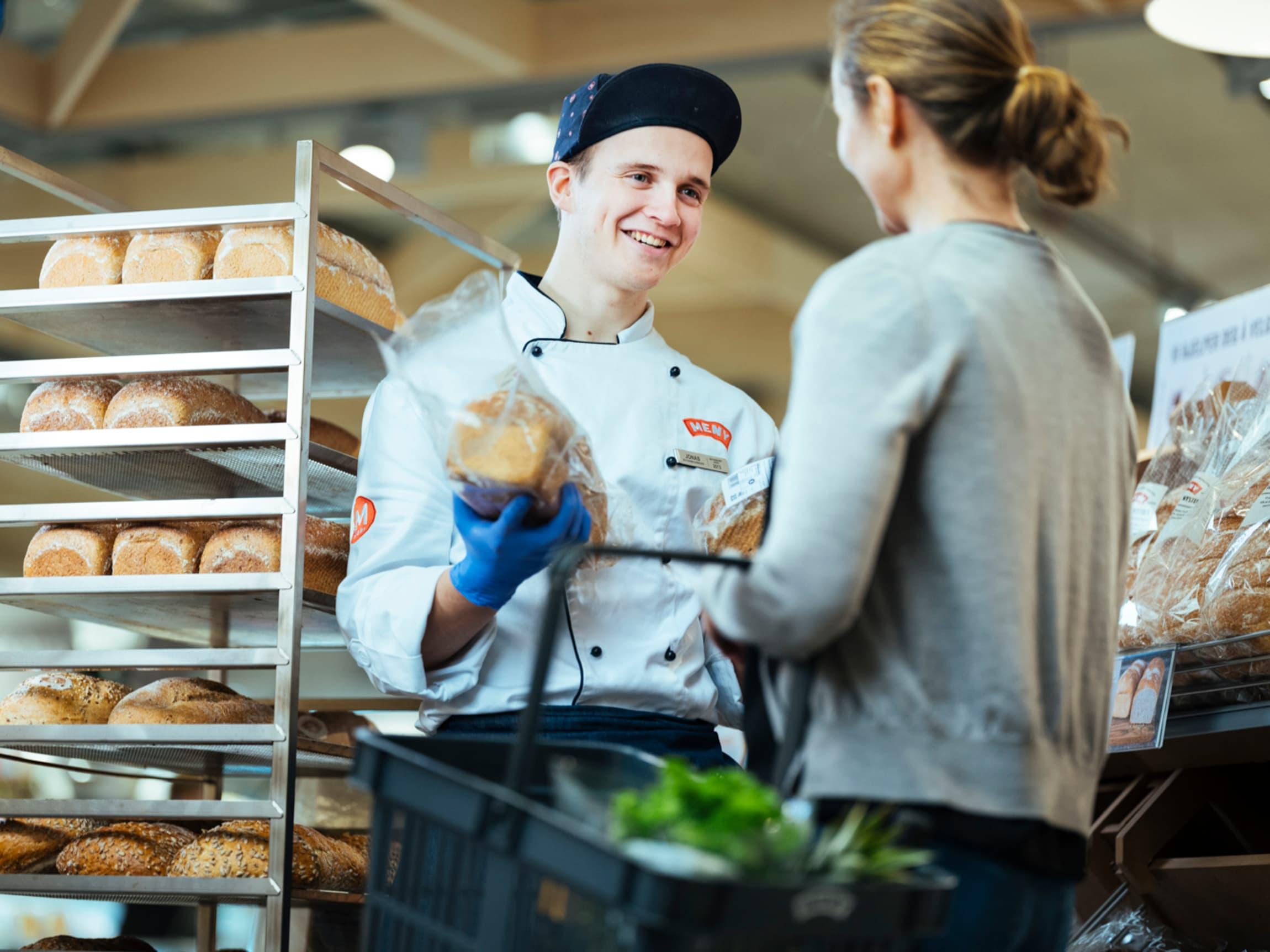 Du finner et stort utvalg av nystekte grove brødsorter og tydelig grovhetsmerking for å hjelpe deg til å velge sunnere.