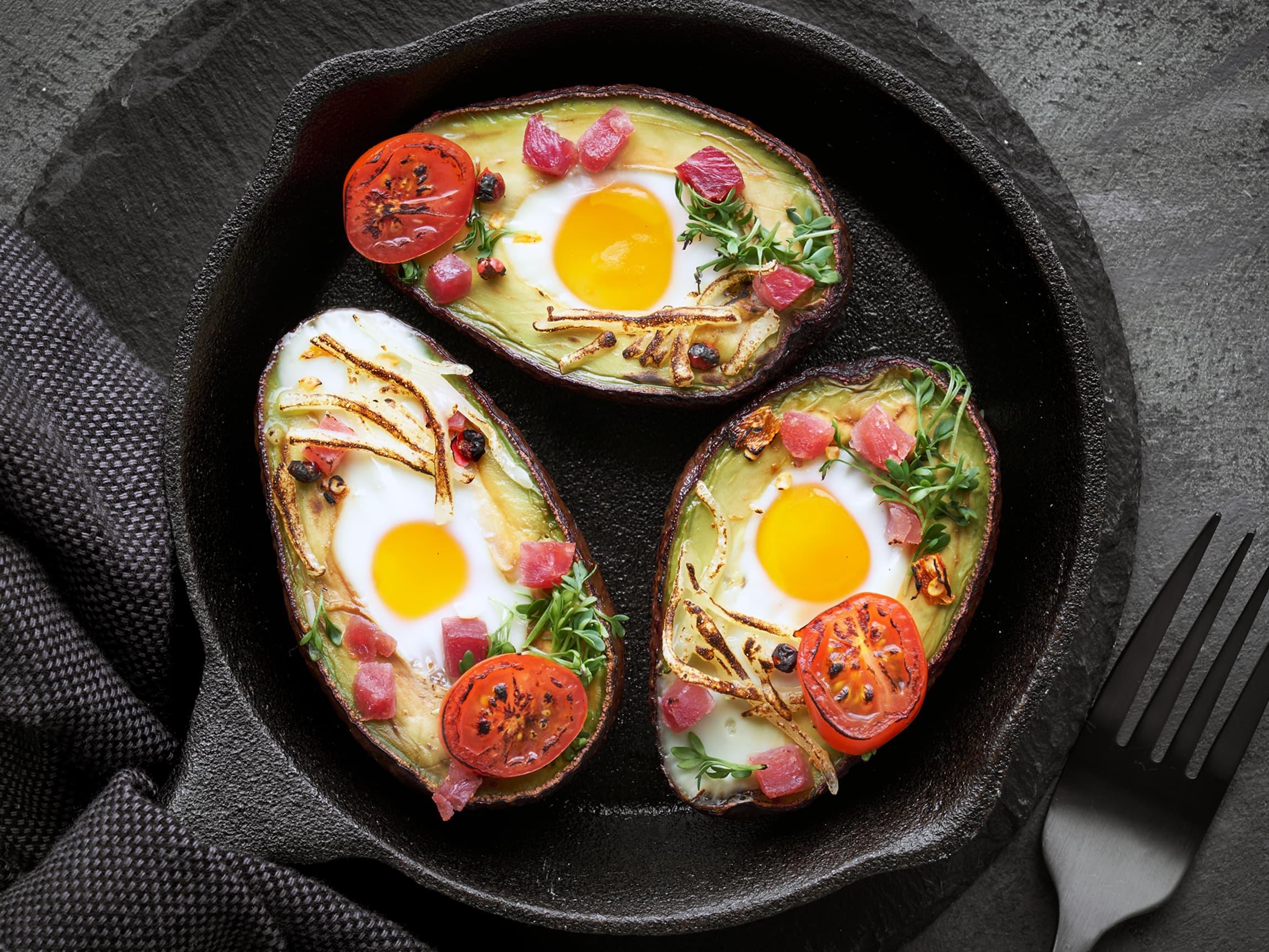 Et raskt og godt mellommåltid er ovnsbakte, halve avokadoer fylt med egg og skinke.