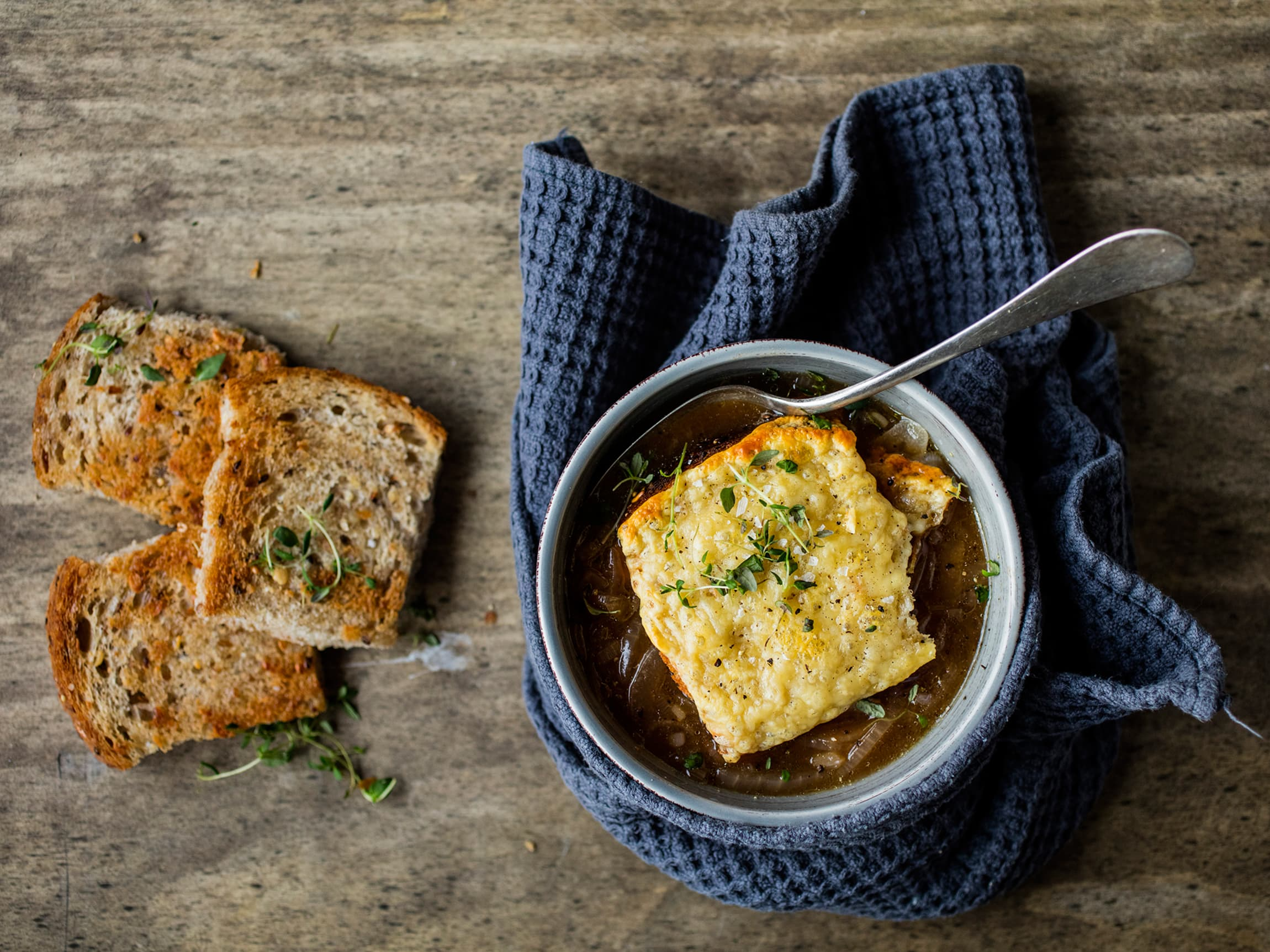 Løksuppe er klassisk, servert i bolle med gratinert brød og ost, god på smak.