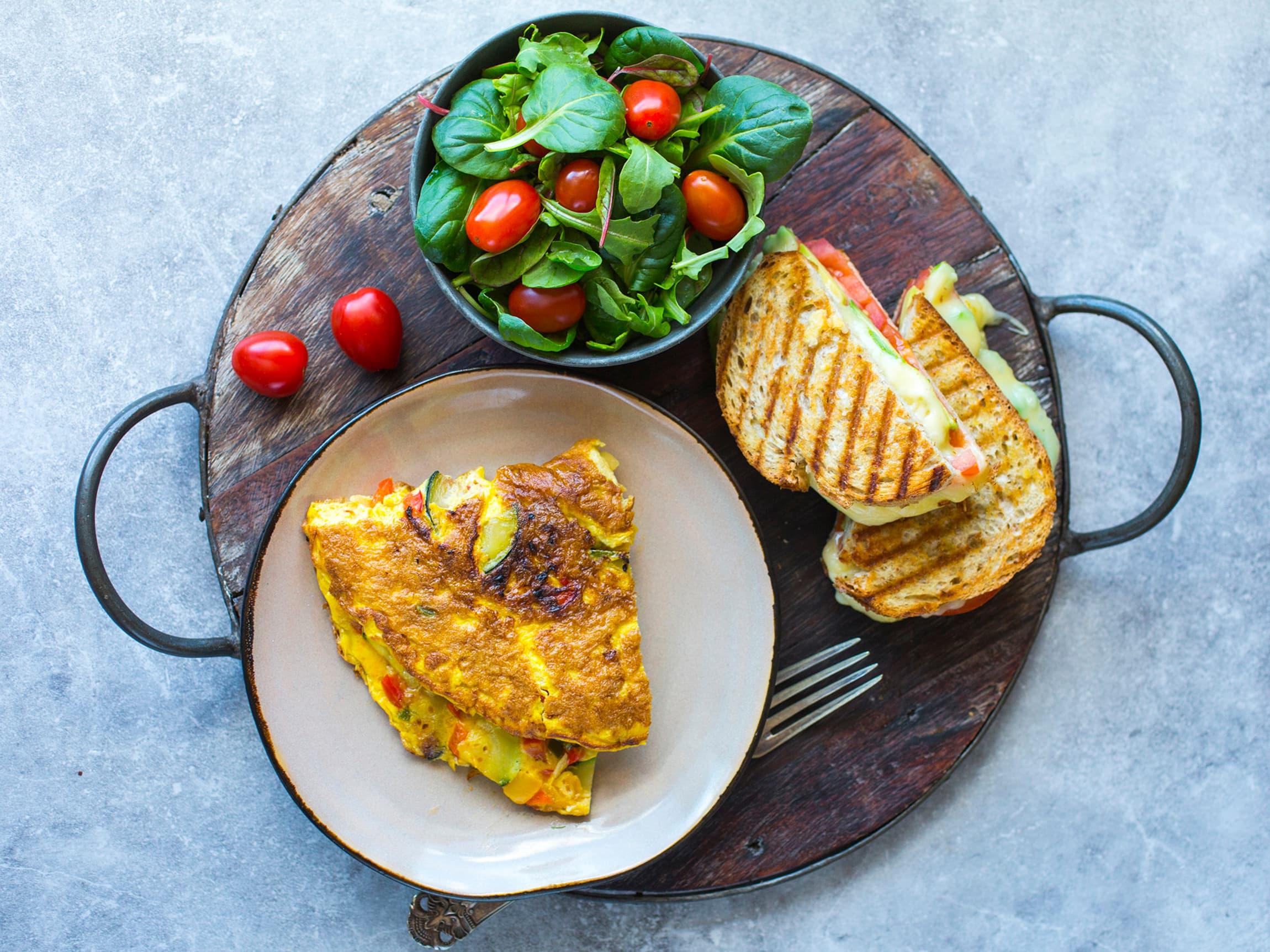 Tørt brød og mye ost og egg til overs? Lag en saftig omelett og ostesmørbrød!
